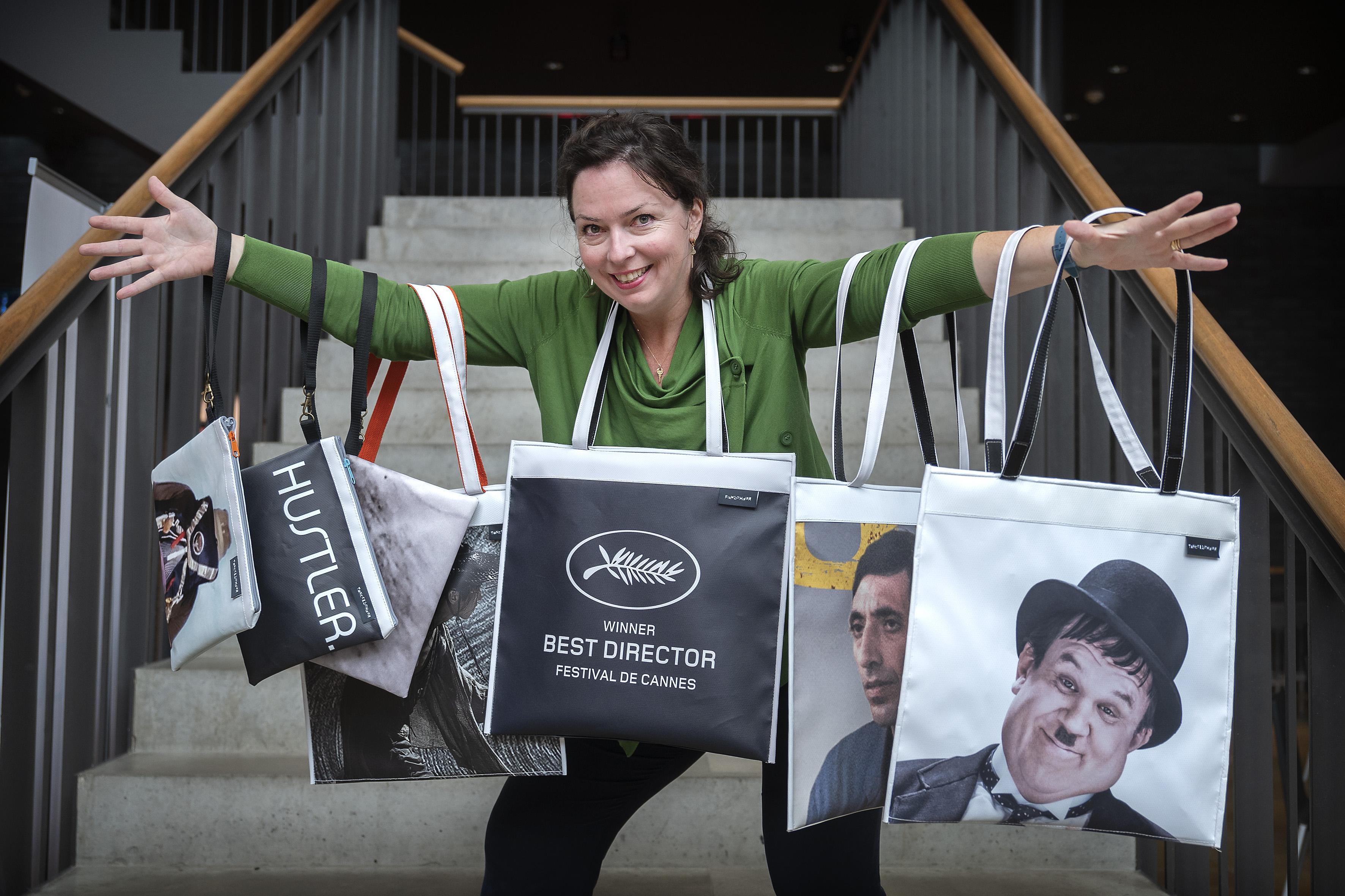 Haarlems ontwerpster Eilis Denkers maakt tassen van oude Toneelschuur-filmbanners