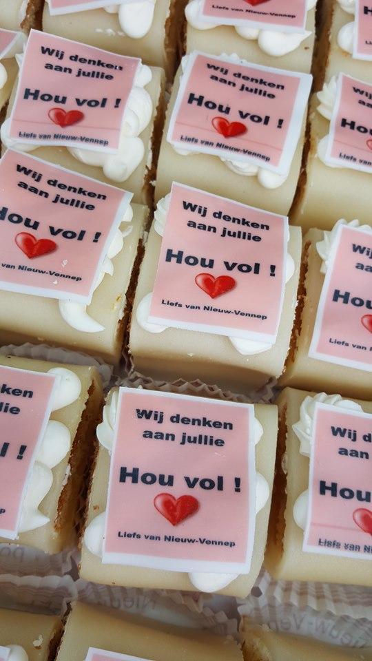 Gebakjes voor zorgcentrum Westerkim dat jubileum niet kan vieren door coronacrisis, 'Liefs van Nieuw-Vennep'