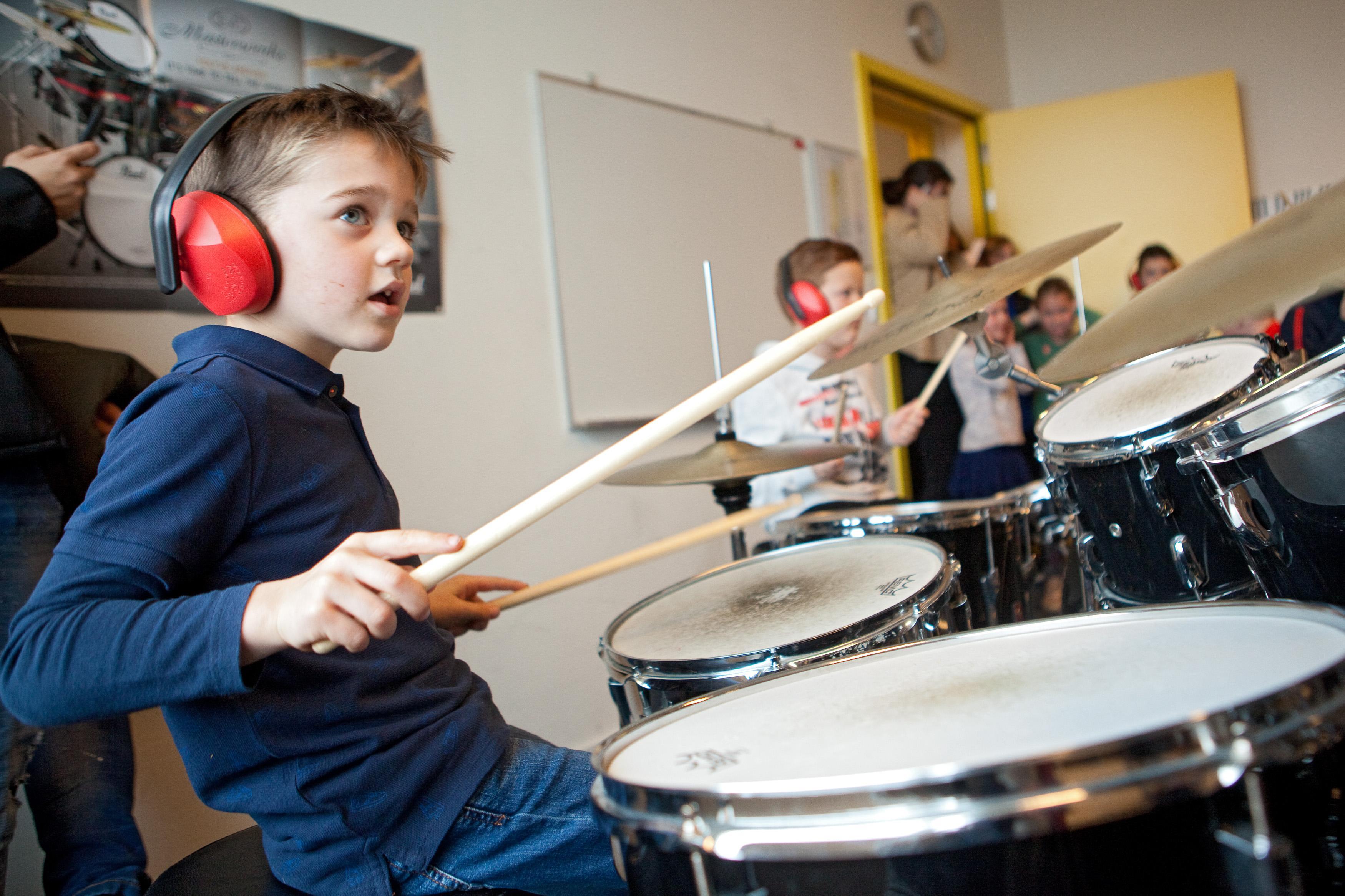 Kinderen spelen op muziekinstrumenten tijdens open dag van Centrum voor de Kunsten in Beverwijk. De ouders kijken per iPad mee. 'Best belangrijk, want zij moeten de lessen betalen'