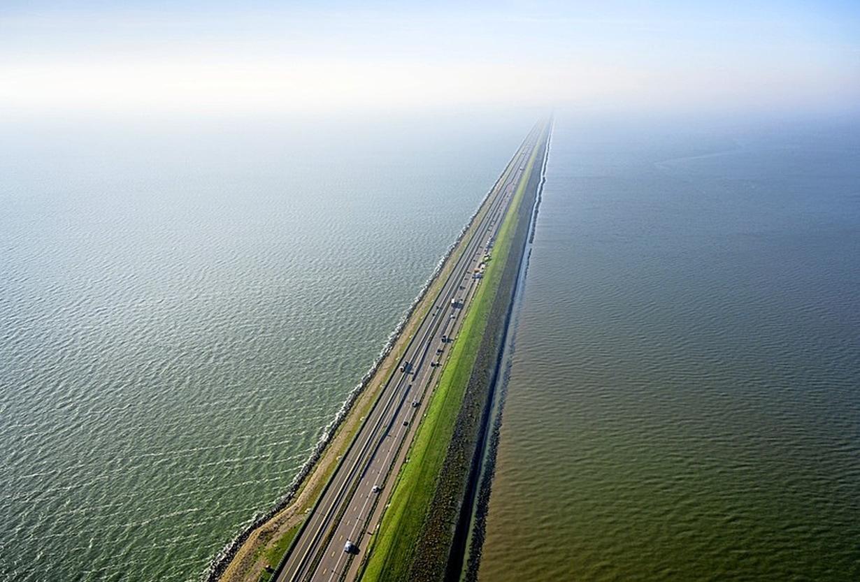 Afsluitdijk weer open na storing. Automobilisten stonden meer dan drie uur vast