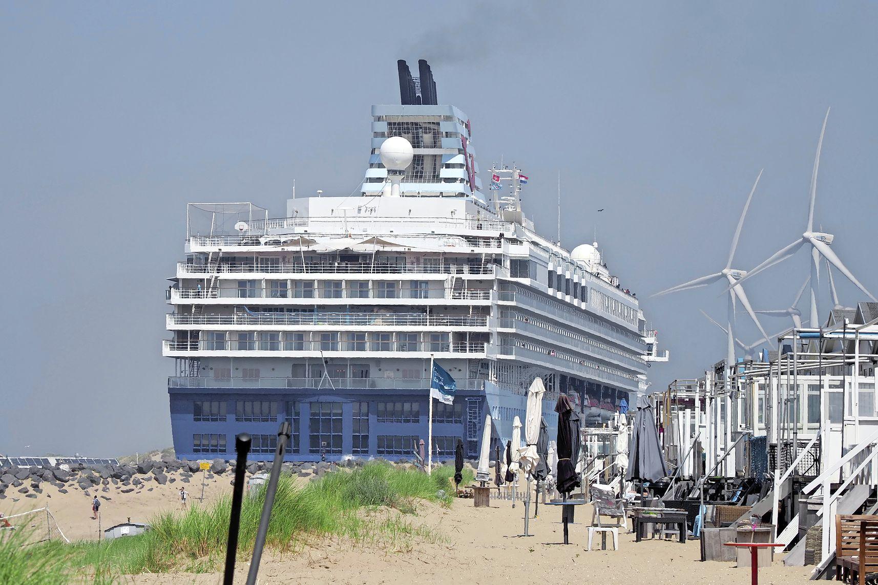 Cruiseschip zonder passagiers in IJmuiden