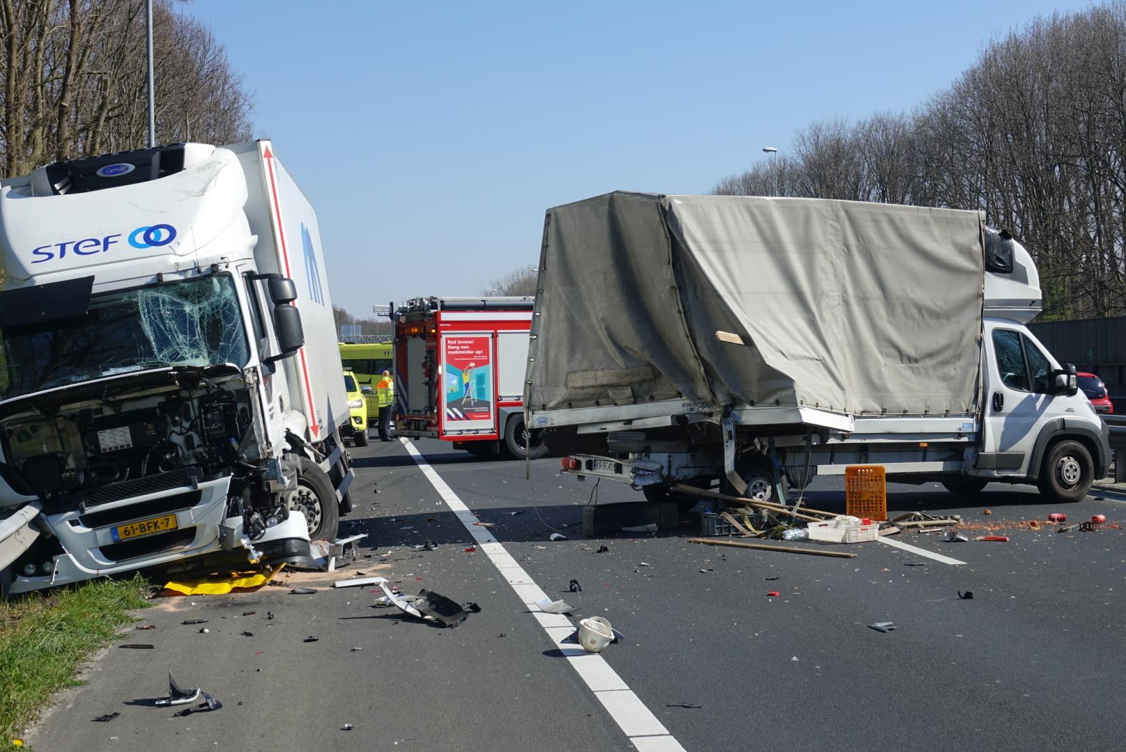 A8 van Amsterdam naar Zaandam afgesloten na botsing tussen twee vrachtwagens