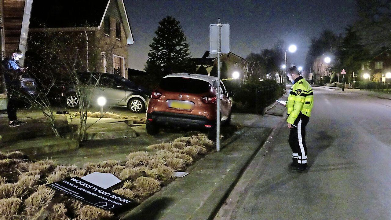 Auto crasht in voortuin Spanbroek, bestuurder verzet zich tegen aanhouding