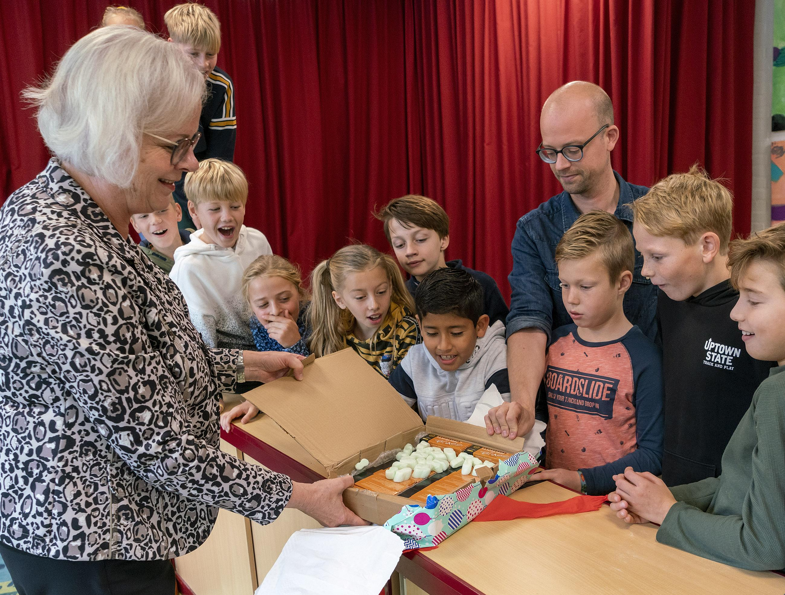 Kinderen uit Heiloo blazen volksinstrument nieuw leven in. 'Vroeger was de mondharmonica in Nederland volksinstrument nummer één'