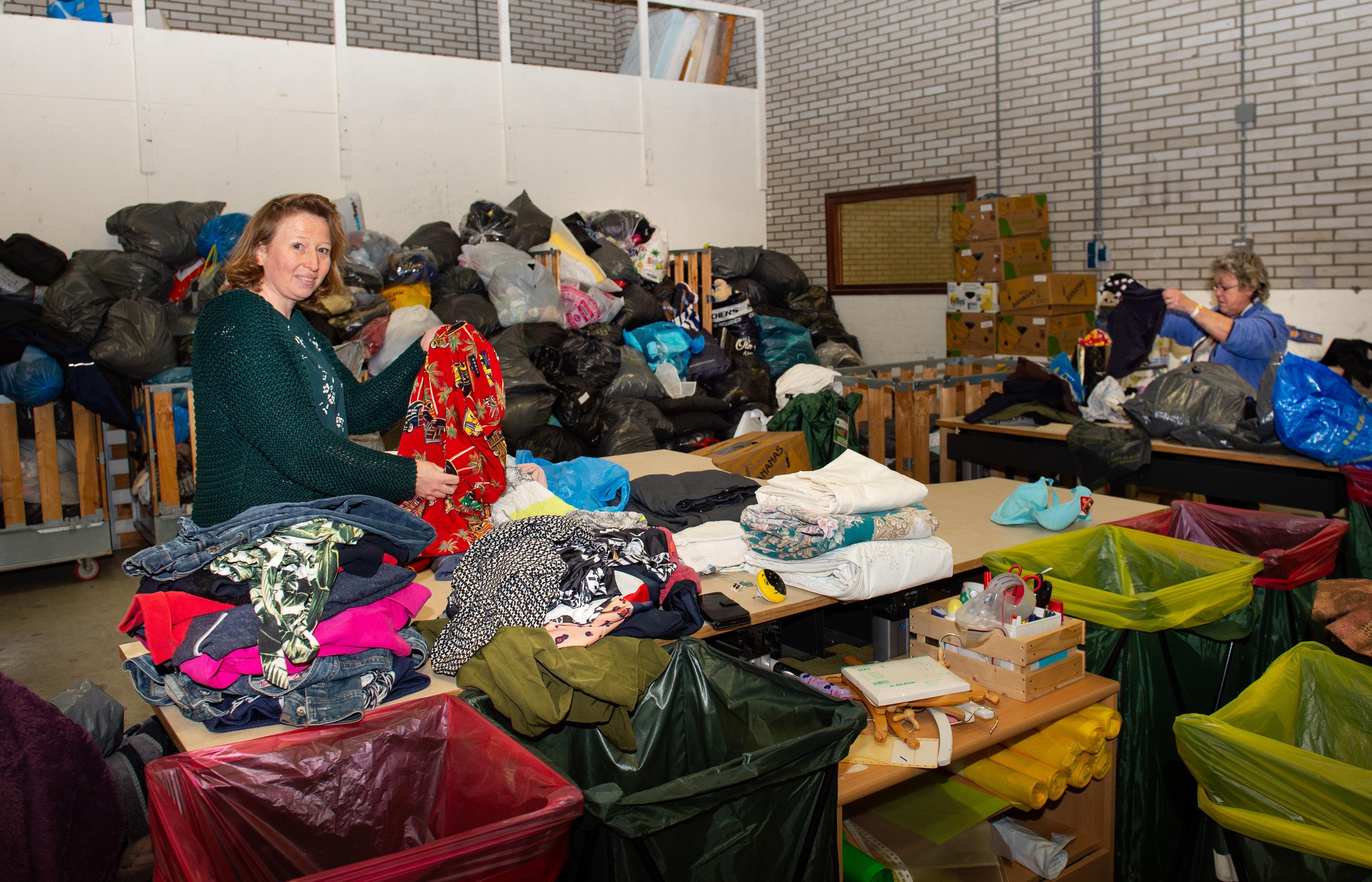 Tot de nok vol kleding, kledingbanken slibben dicht door vele coronaruimers: 'Dit heb ik nog nooit meegemaakt'