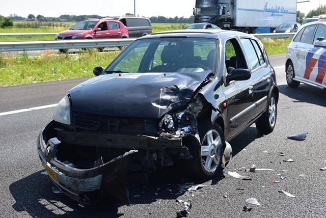 File op de A4 bij Leiden door ongeluk tussen twee voertuigen; meerdere rijstroken gesloten
