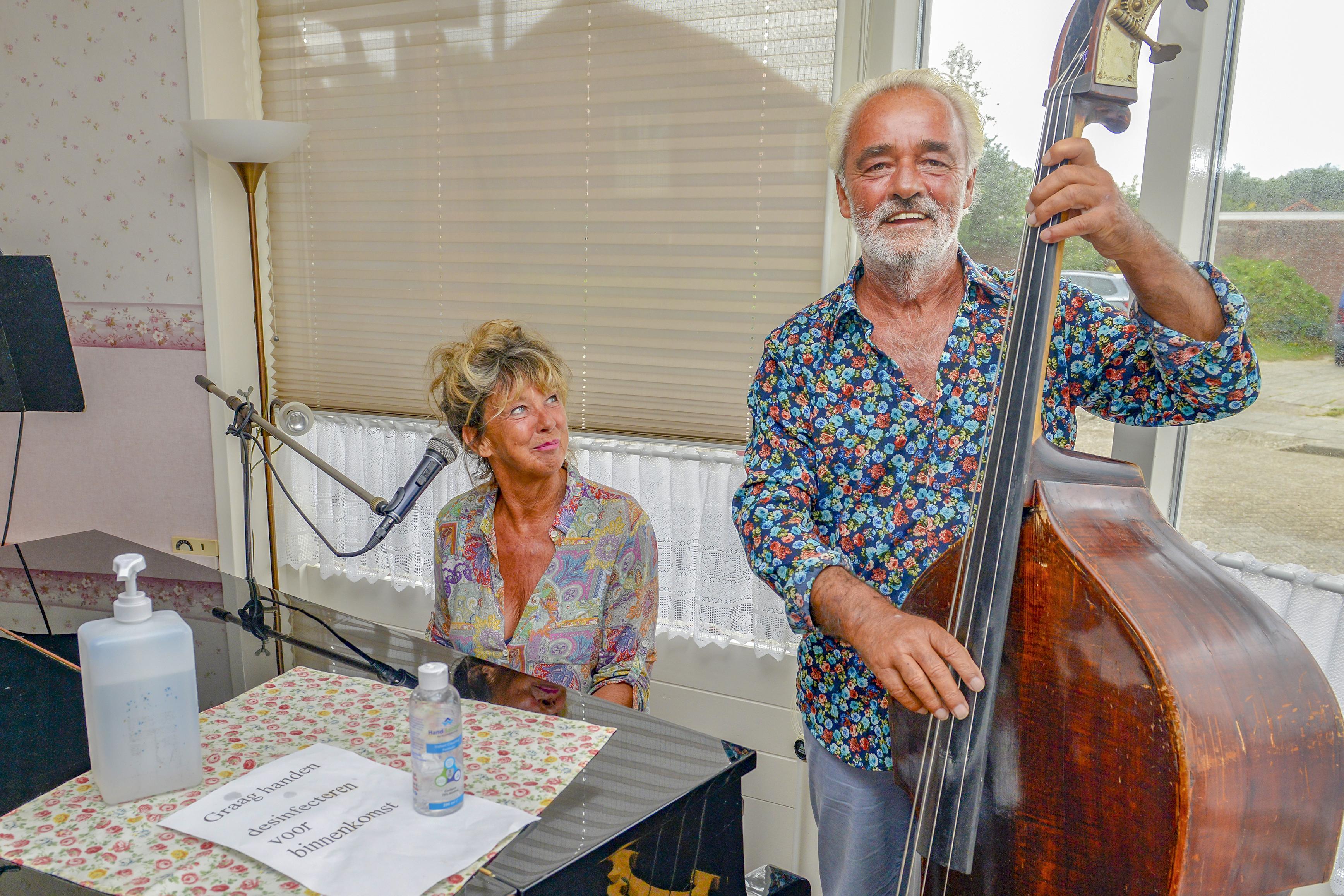 Annemiek (64) en Stephan (69) schijten peultjes voor hun aartsvijand corona. Toch openden ze drie weken geleden hun hotel op Texel. Tijdelijk.