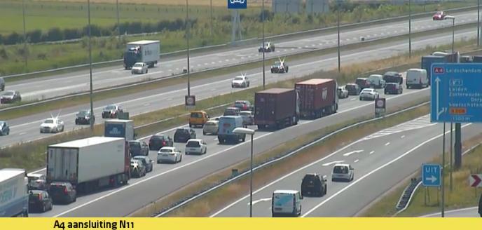 Lange file op A4 door ongeluk, drie afgesloten rijstroken richting Den Haag weer open [update]