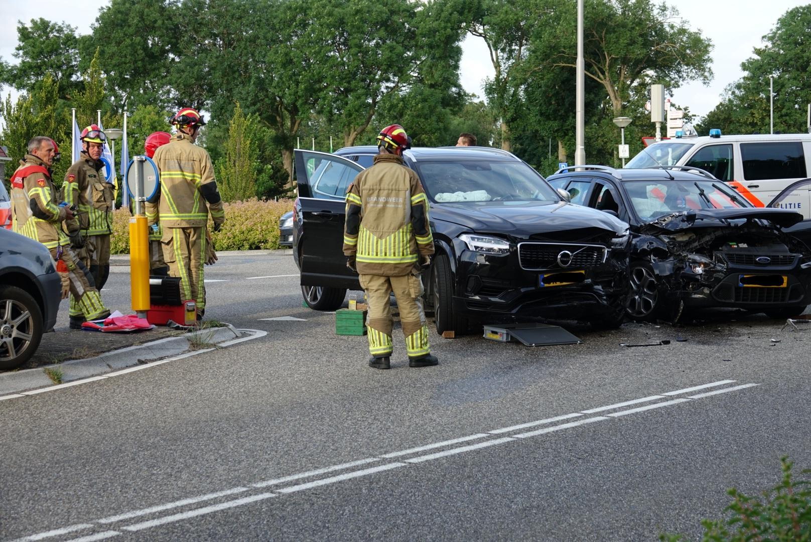 Twee auto's total loss na botsing in Zuidoostbeemster