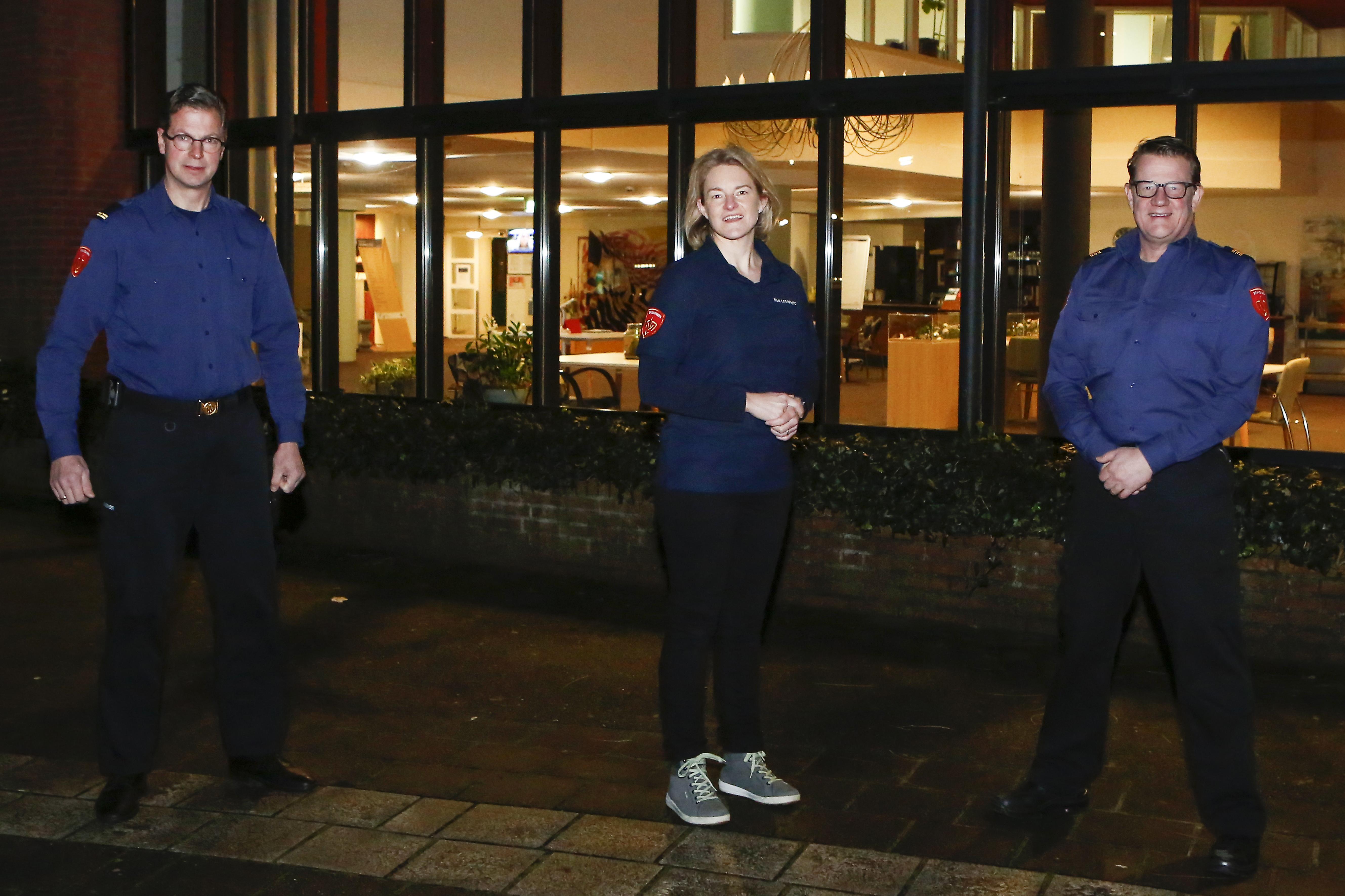 Dit zijn de brandweermensen die bijspringen in Hilversums verpleeghuis Gooiers Erf. Maarten, Johan en Christel schenken koffie voor de bewoners. 'Diepe bewondering voor het personeel'
