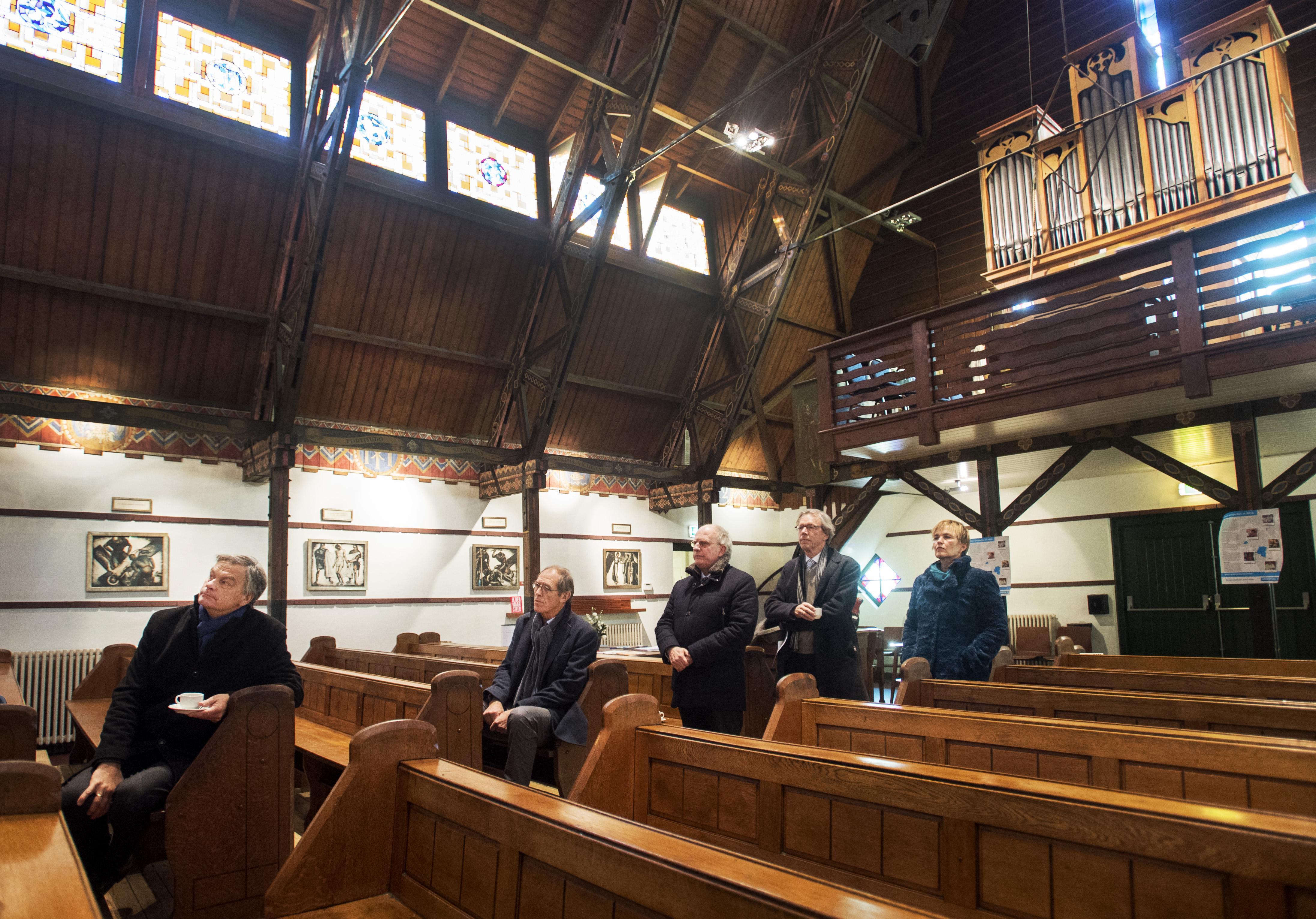 Laatste dienst in Aerdenhoutse Antoniuskerk, parochianen protesteren tegen sluiting