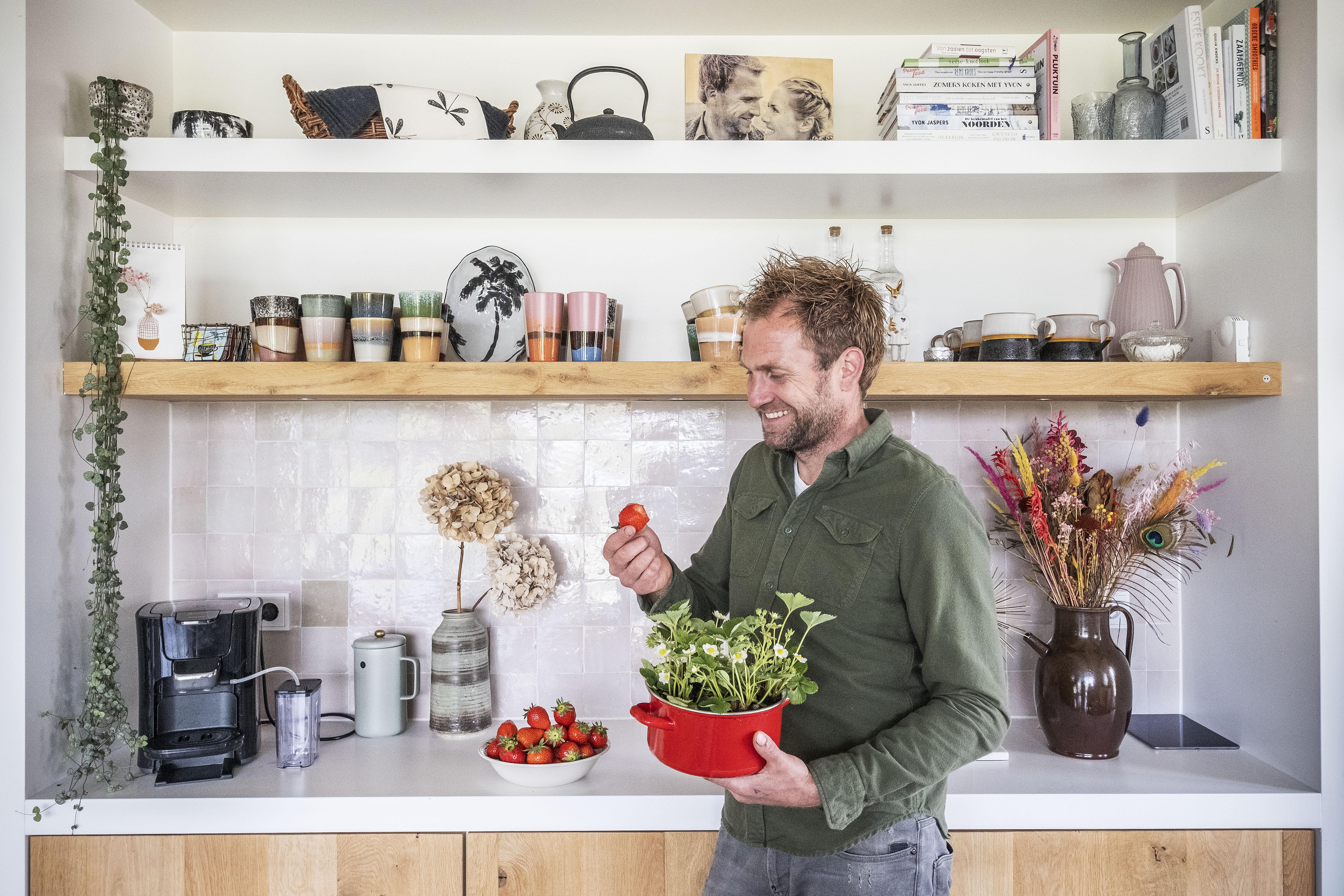 Boer Tom eet van zijn eigen aardbeien