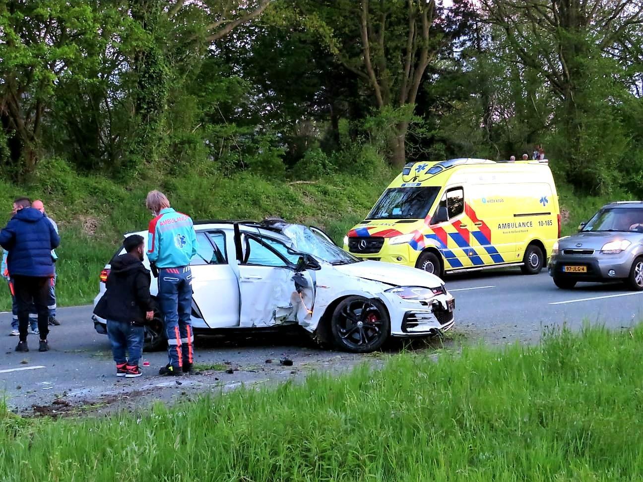 Automobilist rijdt lantaarnpaal uit de grond in Alkmaar; voertuig belandt overdwars op weg tot stilstand