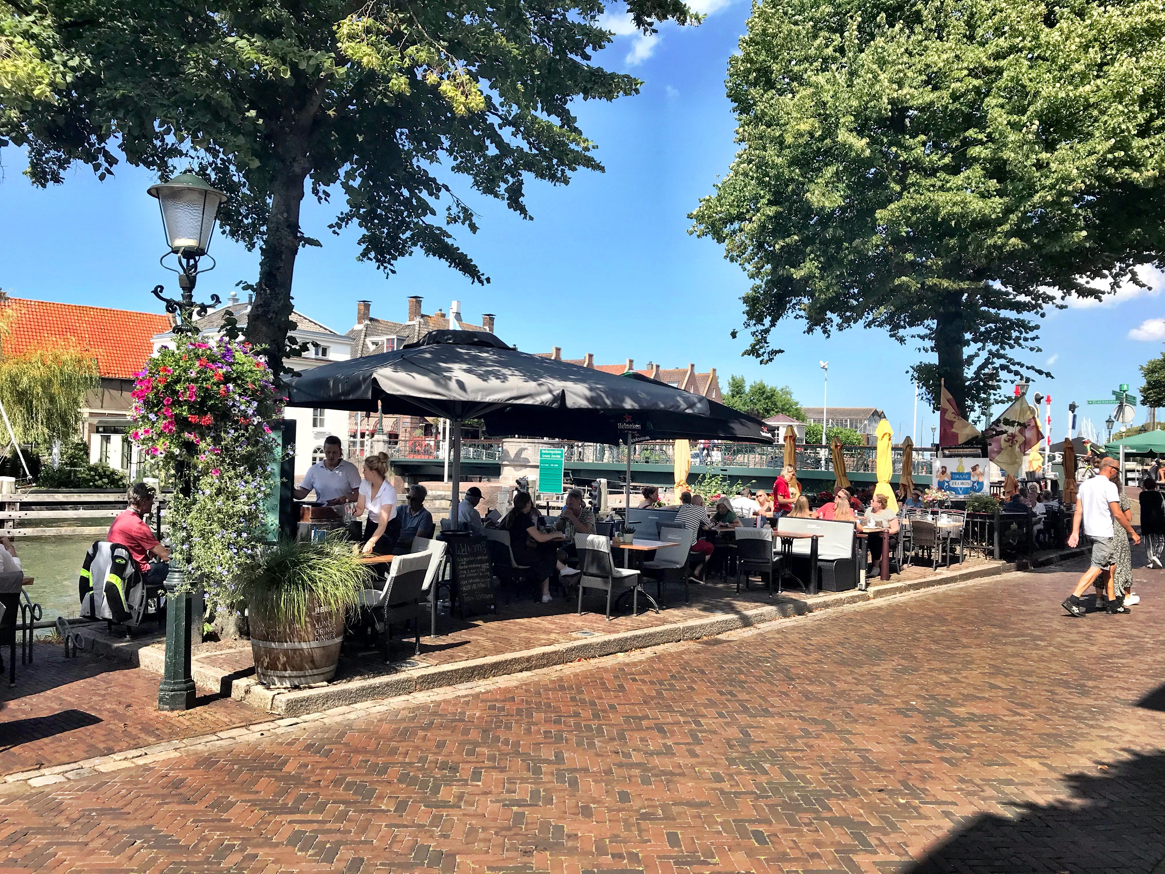 Terrassentest: Lekker bootjes kijken bij Brasserie Herengracht in Muiden terwijl je een smakelijke flammkuchen verorbert