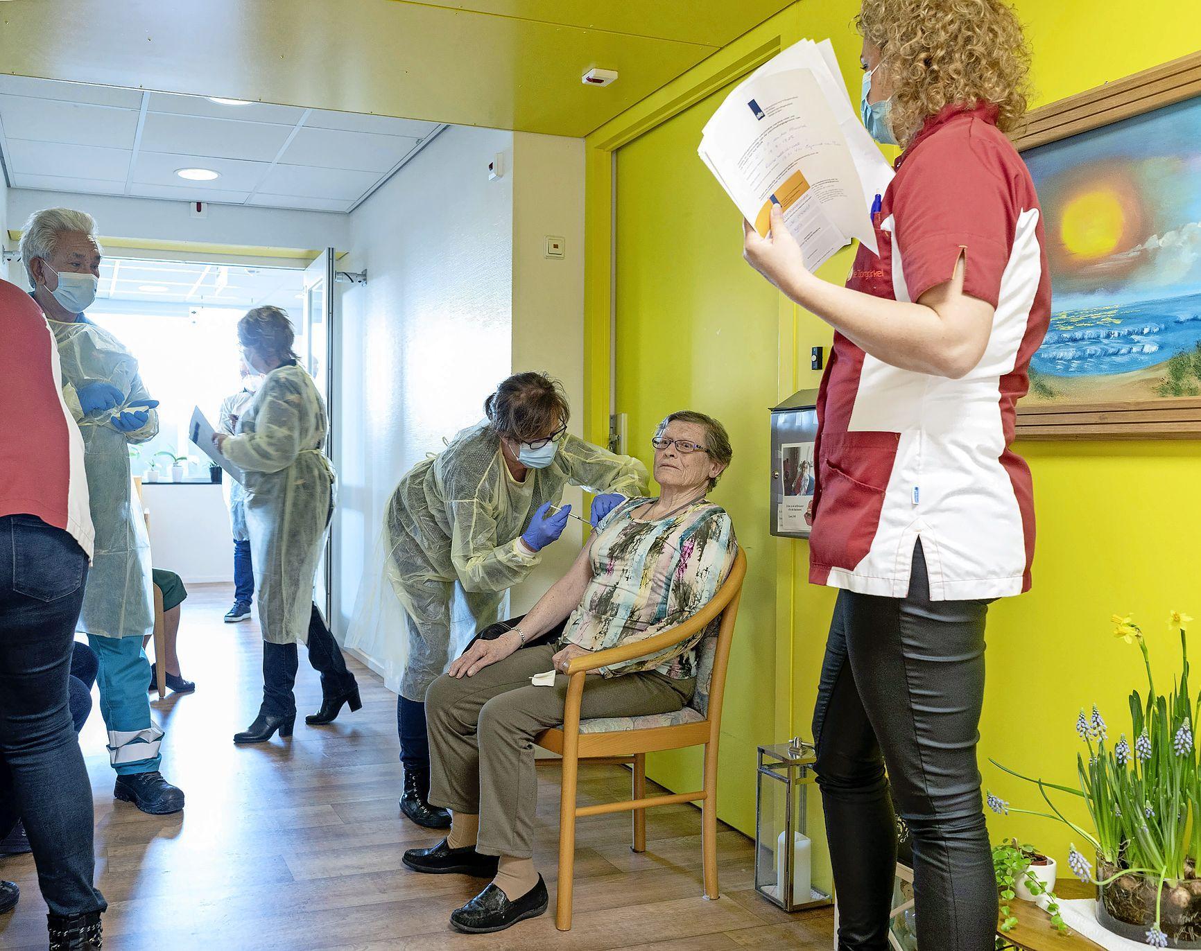 Egmonds verzorgingshuis heeft corona van dichtbij meegemaakt. Nu is de stemming bij het zetten van vaccinaties uitbundig. 'Iedereen is opgewonden, het is de eerste, voorzichtige stap terug naar normaal'