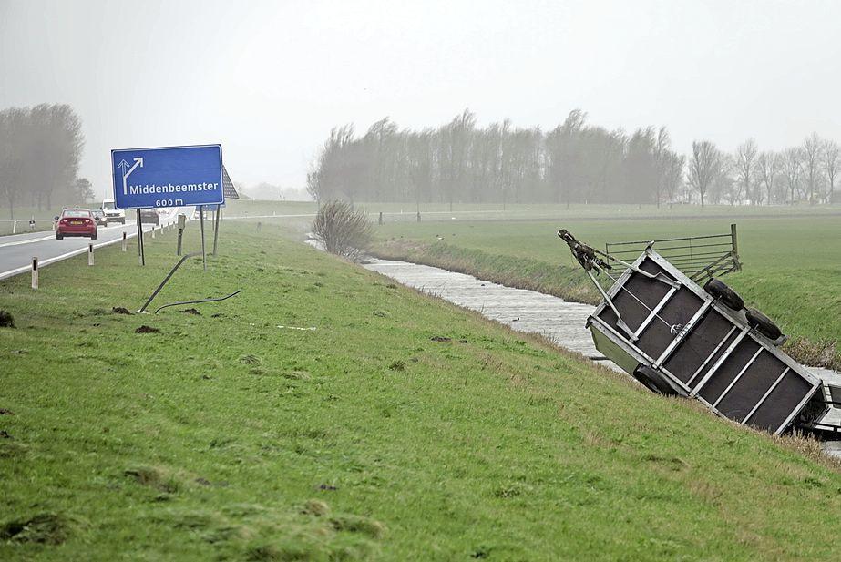 Aanhangwagen waait de sloot in op N244 bij Middenbeemster [video]