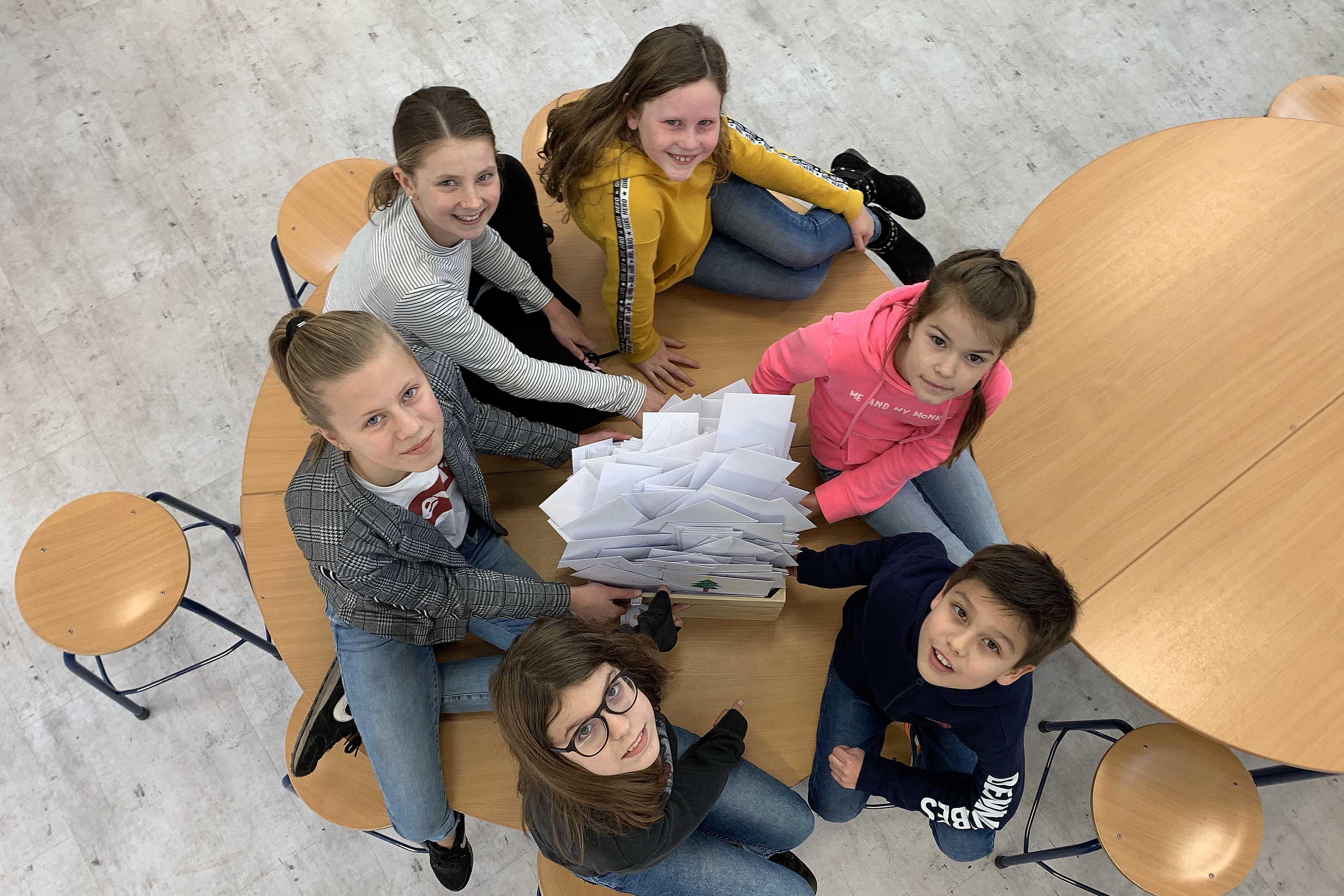 Leerlingen van Julianaschool en ROC in Den Helder schrijven duizend kerstkaarten. 'Zelfs de kleuters doen mee'
