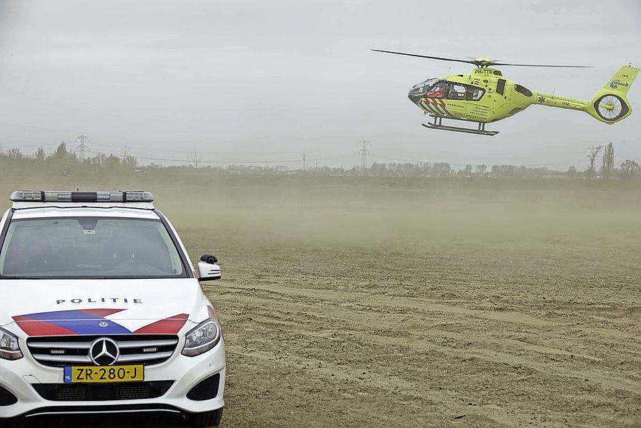 Motorrijder valt na sprong op crossterrein in Westzaan, traumaheli ingezet