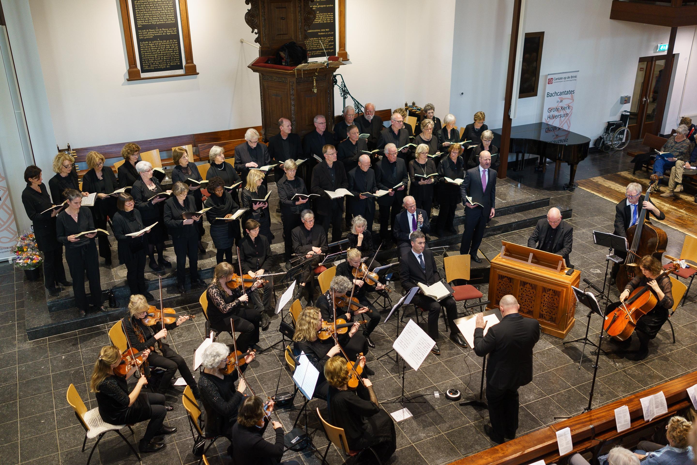 Publiek zingt slotkoraal mee tijdens Cantate op de Brink in Hilversum