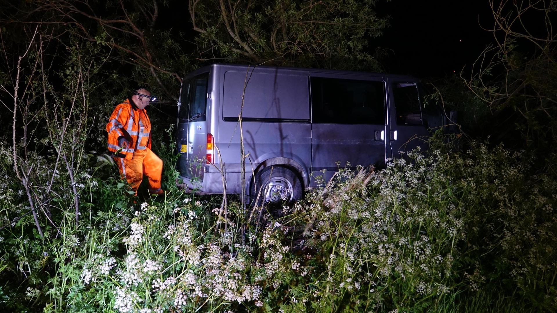 Bestelbusje botst tegen boom in Slootdorp, bestuurder gevlogen