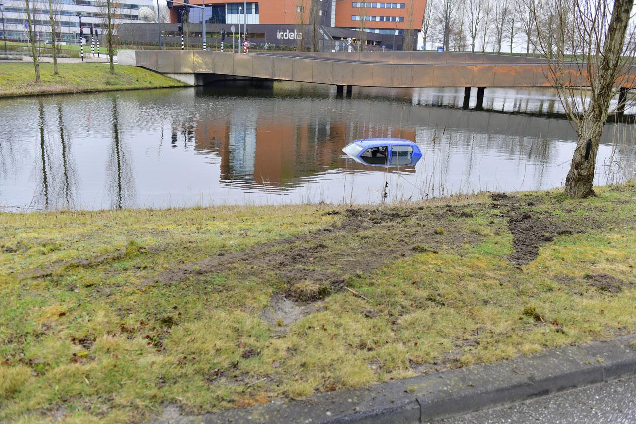 Auto vliegt uit de bocht en belandt in het water in Hoofddorp