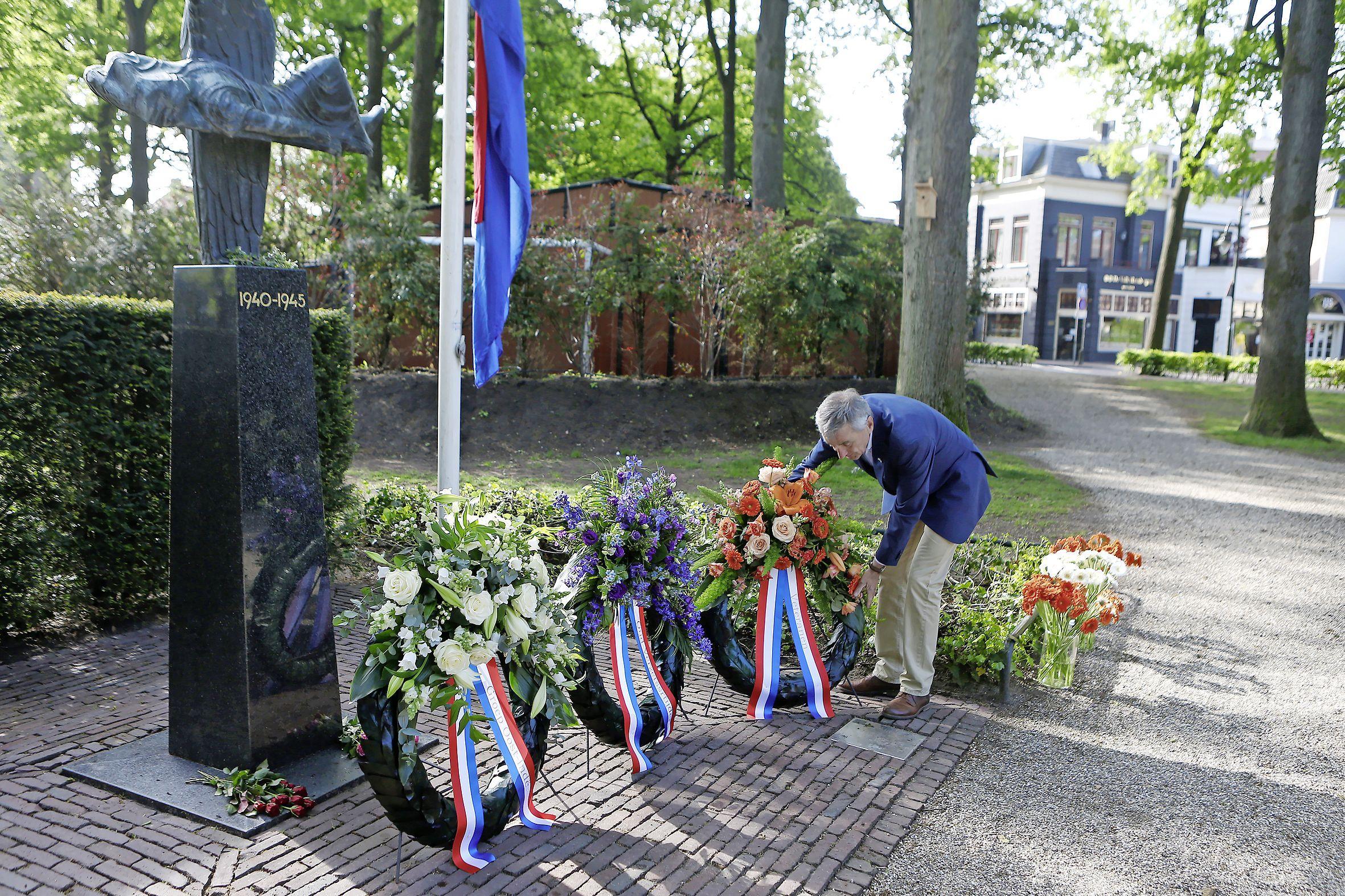 Het later uitzenden van de dodenherdenking in Laren kwam niet door tekorten in de kas; 'We hebben juist ingezet op een breed programma'
