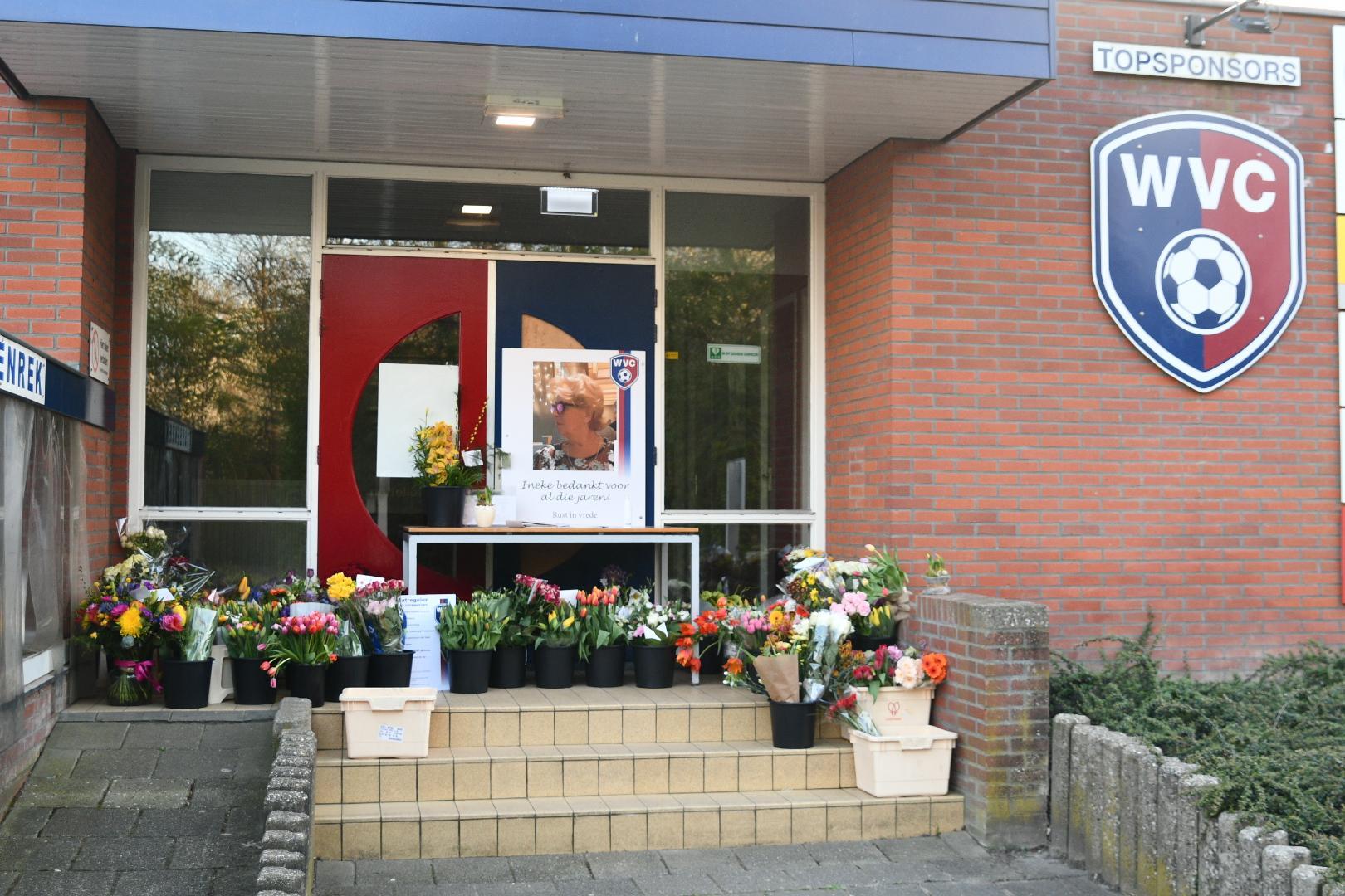 Spontane gedenkplek bij kantine voetbalclub WVC voor coronaslachtoffer Ineke de Jong