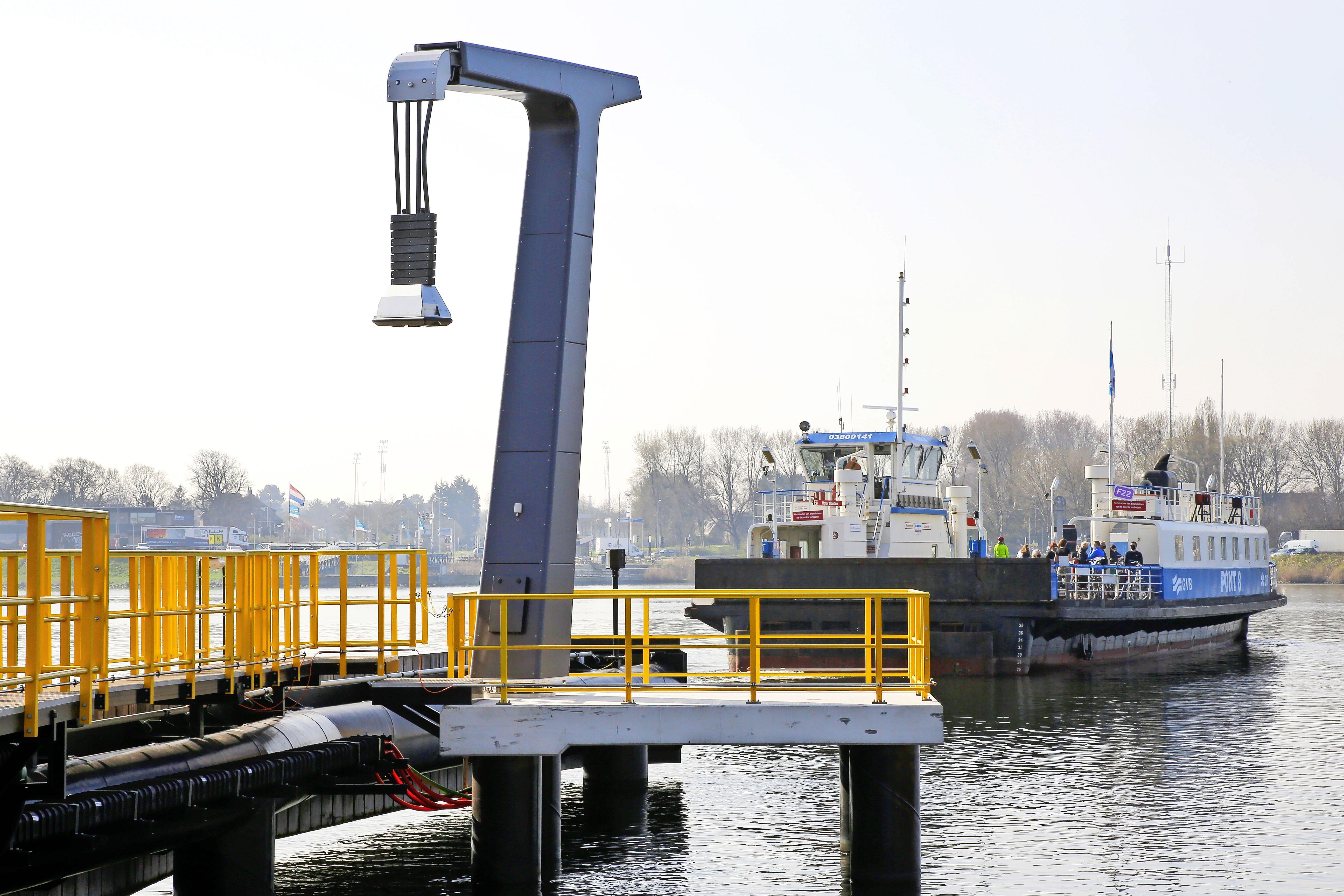 Laadpalen voor nieuwe elektrische pont in Velsen-Noord geplaatst
