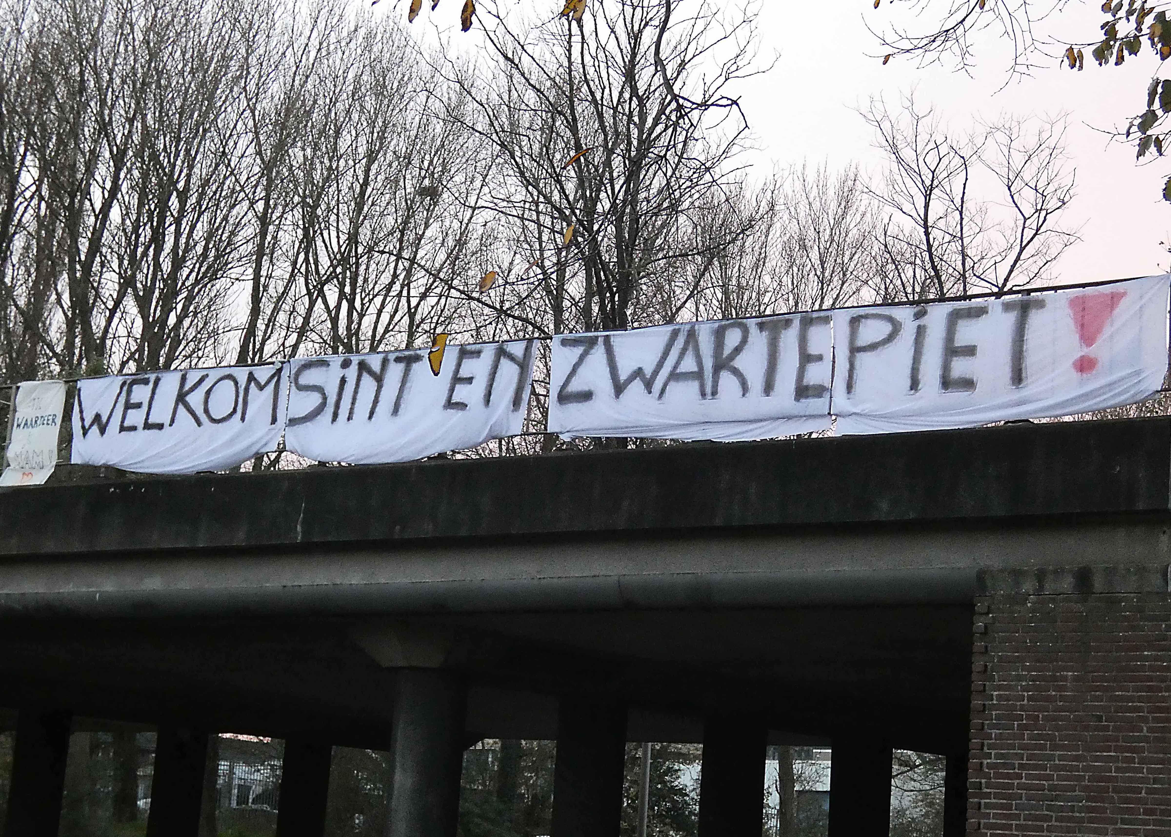 Zwarte Pieten Actiegroep hangt spandoek op viaduct IJmuiden: 'Welkom Sint en Zwarte Piet', woordje 'Zwarte' even weggehaald