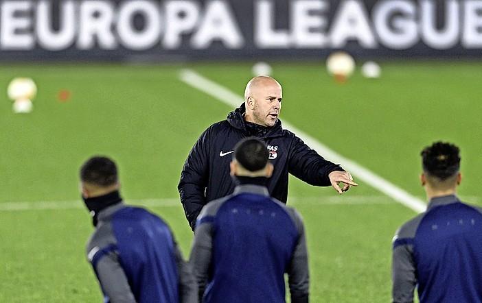 AZ-trainer Arne Slot 'moet het goede voorbeeld geven' en zwijgt over interesse Feyenoord