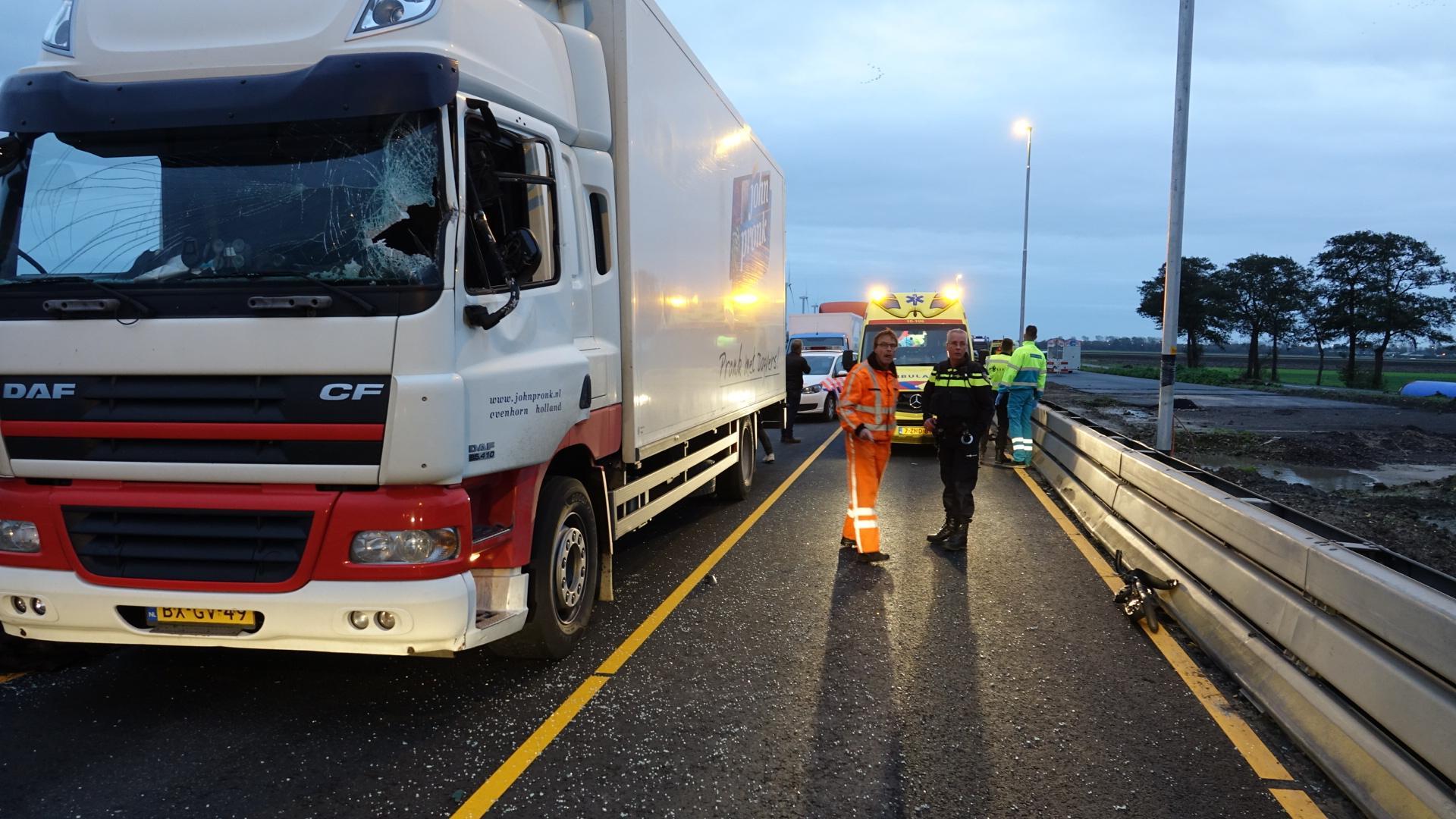 Vrachtwagenchauffeur raakt zwaargewond bij ongeluk op N243 in Avenhorn [video]