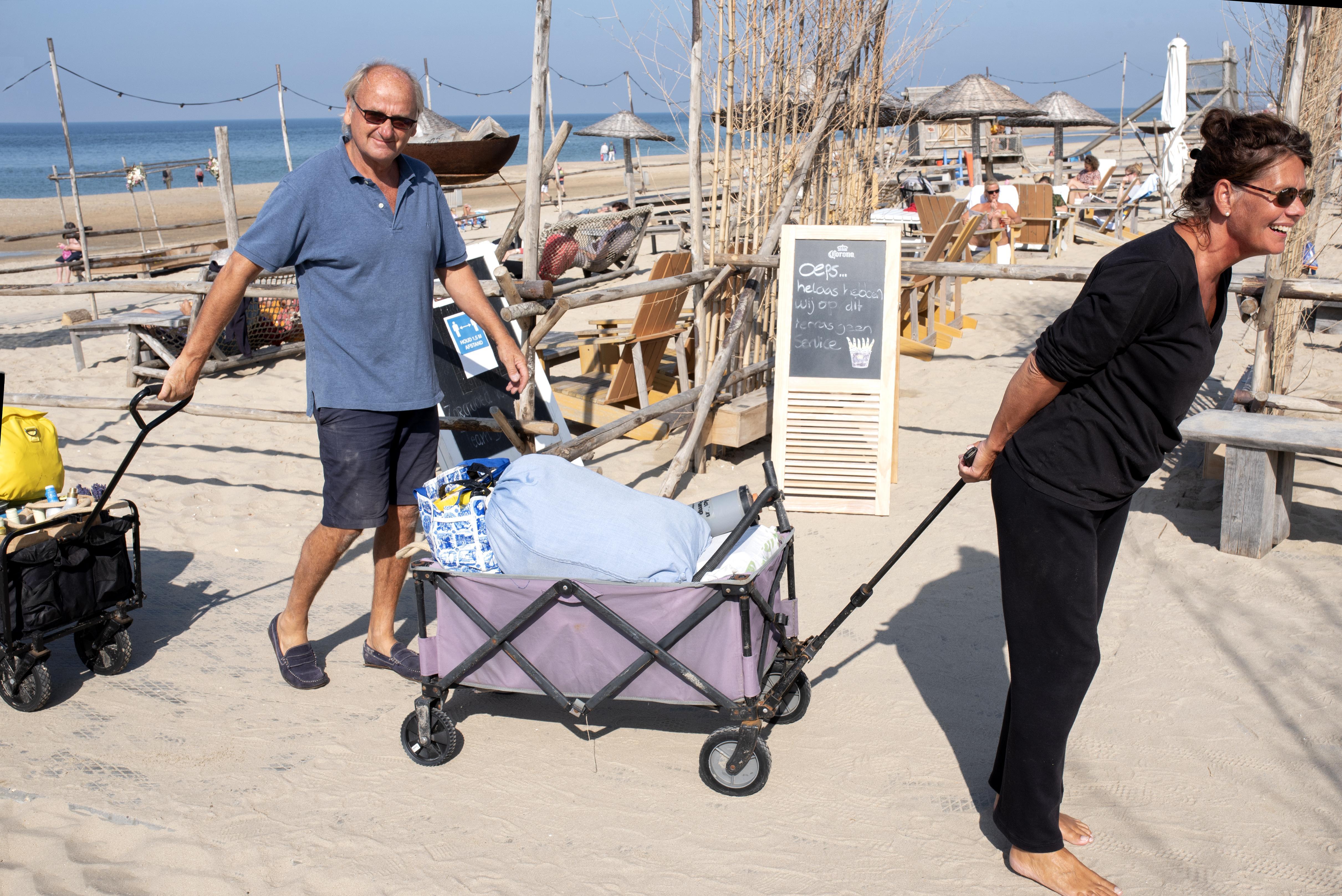 Uitkloppen, vegen en inpakken: aan strand wordt zomer opgeruimd