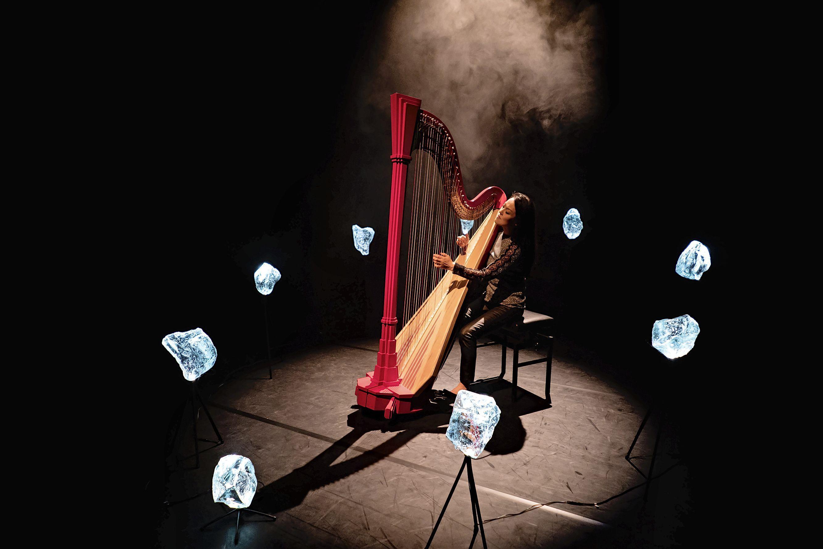 Harpiste Lavinia Meijer kan best leven met het etiket 'neo-klassiek'. 'Ik ben zelf ook altijd een beetje vreemde eend in de bijt geweest'