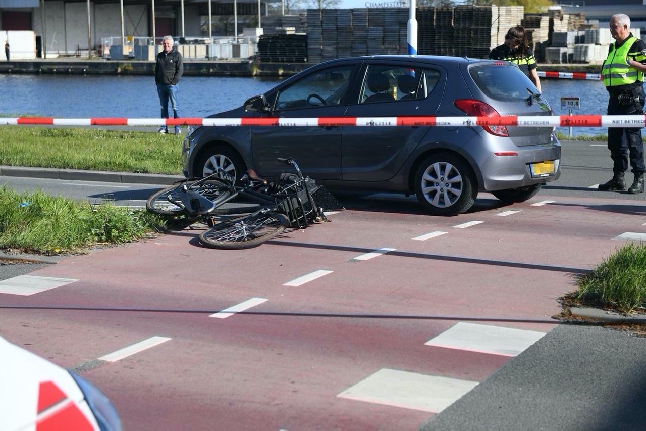Fietser geschept door auto in Alphen, slachtoffer zwaargewond
