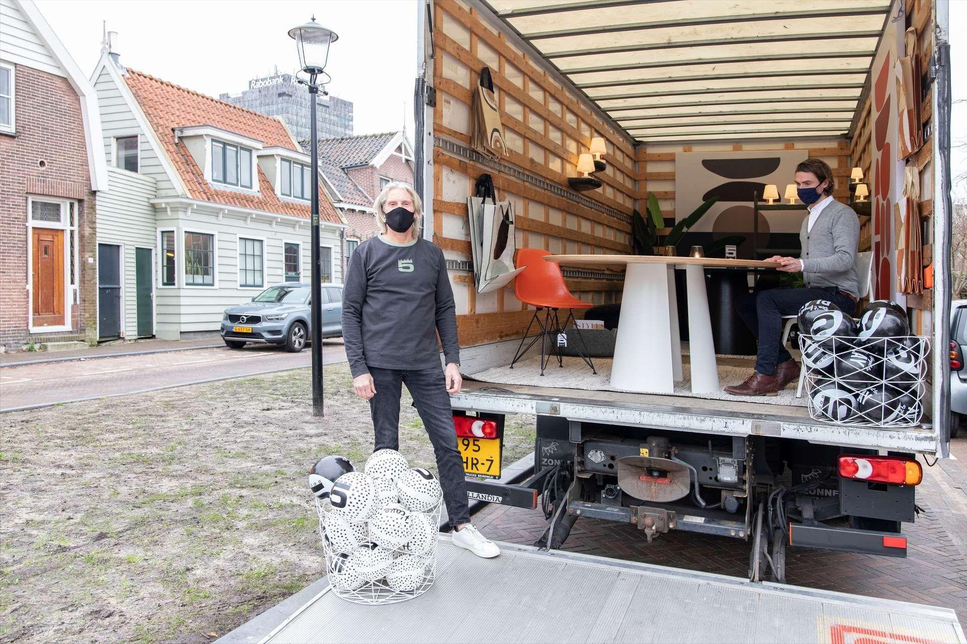 Een rijdende showroom met meubels van Haarlemse designer: 'Een meubelstuk is toch wel iets dat je in het echt wil zien en voelen'