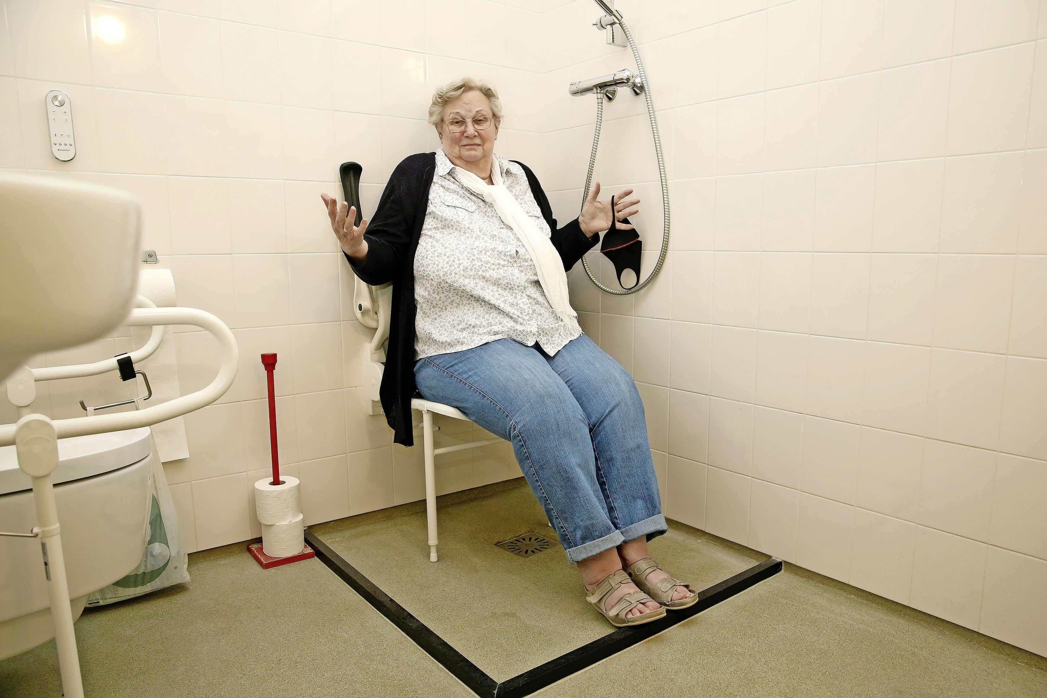 'Ik ben dit spuug, spuugzat'. Hilversumse Wies Dorland die al negen jaar niet kan douchen is verbijsterd dat De Alliantie tweet dat het probleem is opgelost
