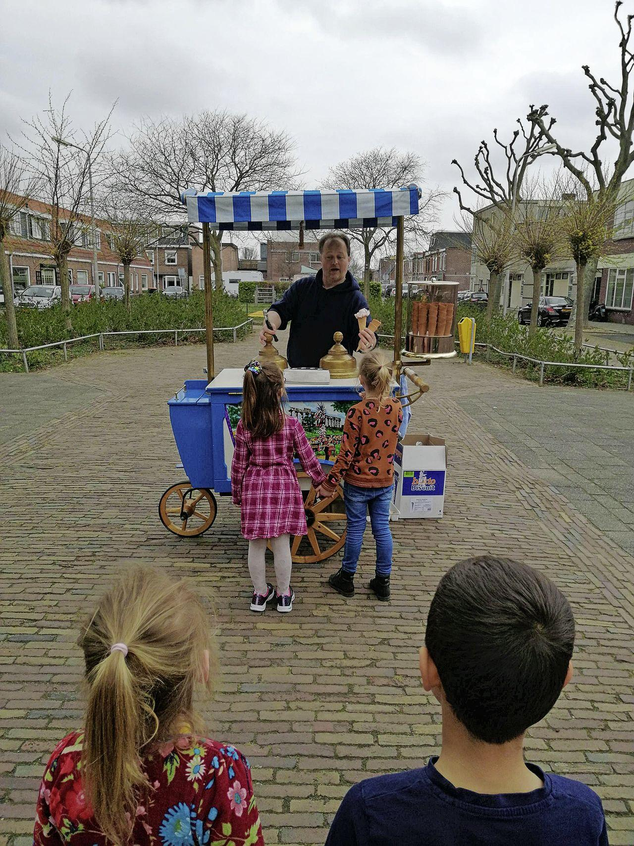 Met een ijsje, nog van het afgelaste kerstdiner, luiden leerlingen van De Vliegende Hollander in IJmuiden de meivakantie in