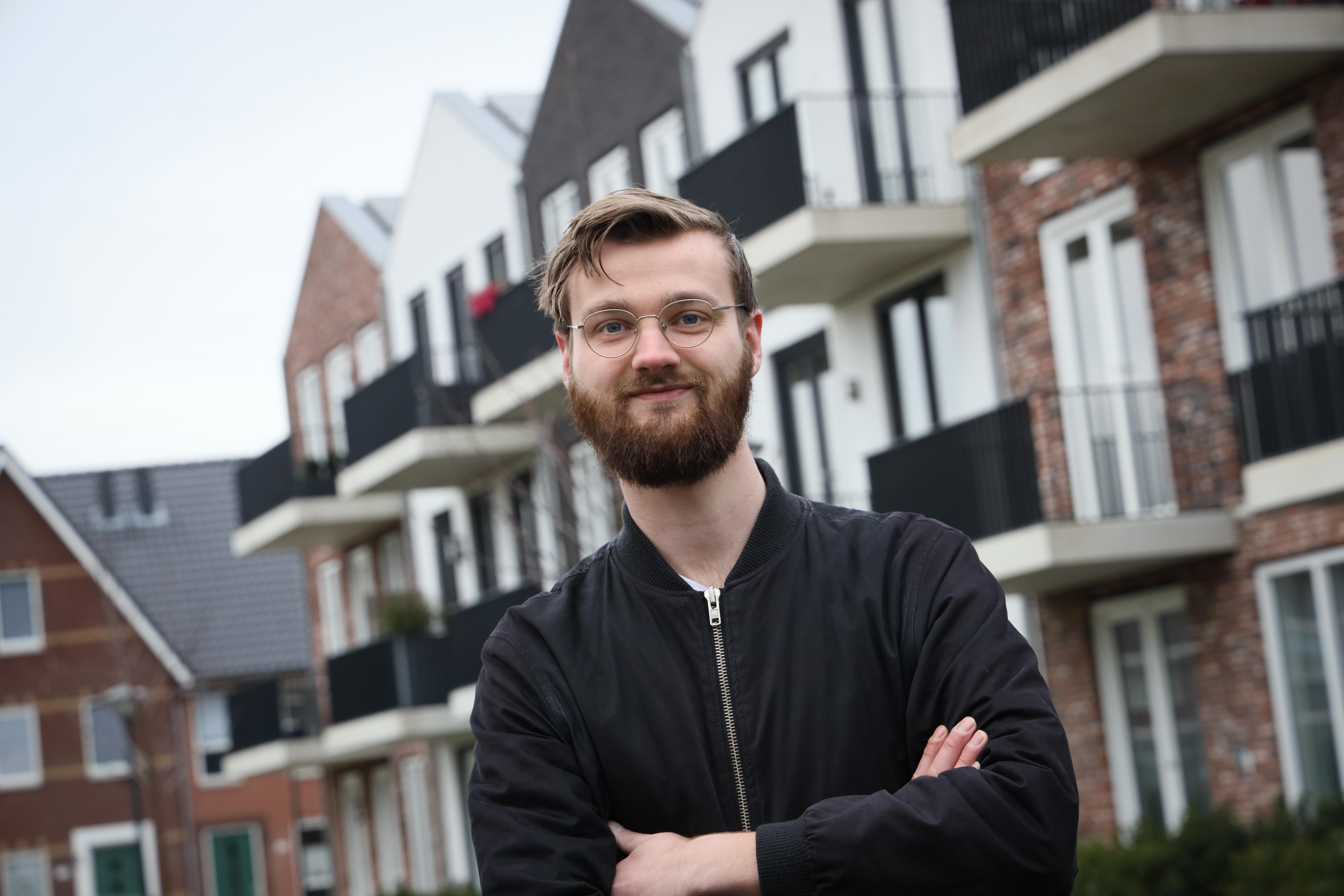 Dion (27) uit Hoorn zoekt een geschikte woning, maar piest telkens nét naast de pot