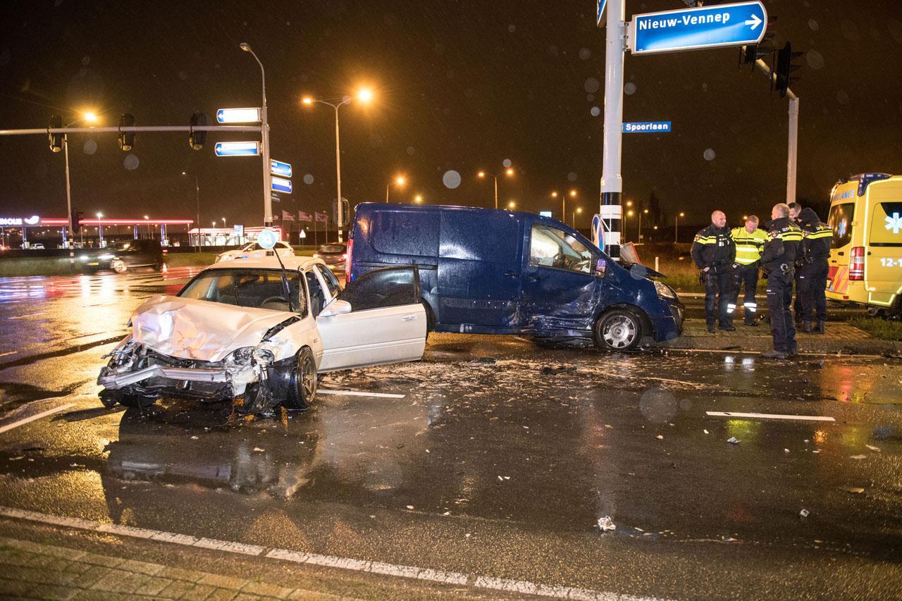 Twee gewonden bij botsing tussen bestelbusje en auto in Hoofddorp