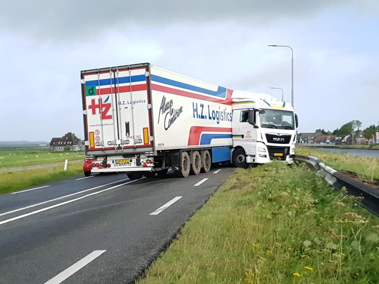 Vrachtwagen geschaard in Bergen, N9 afgesloten
