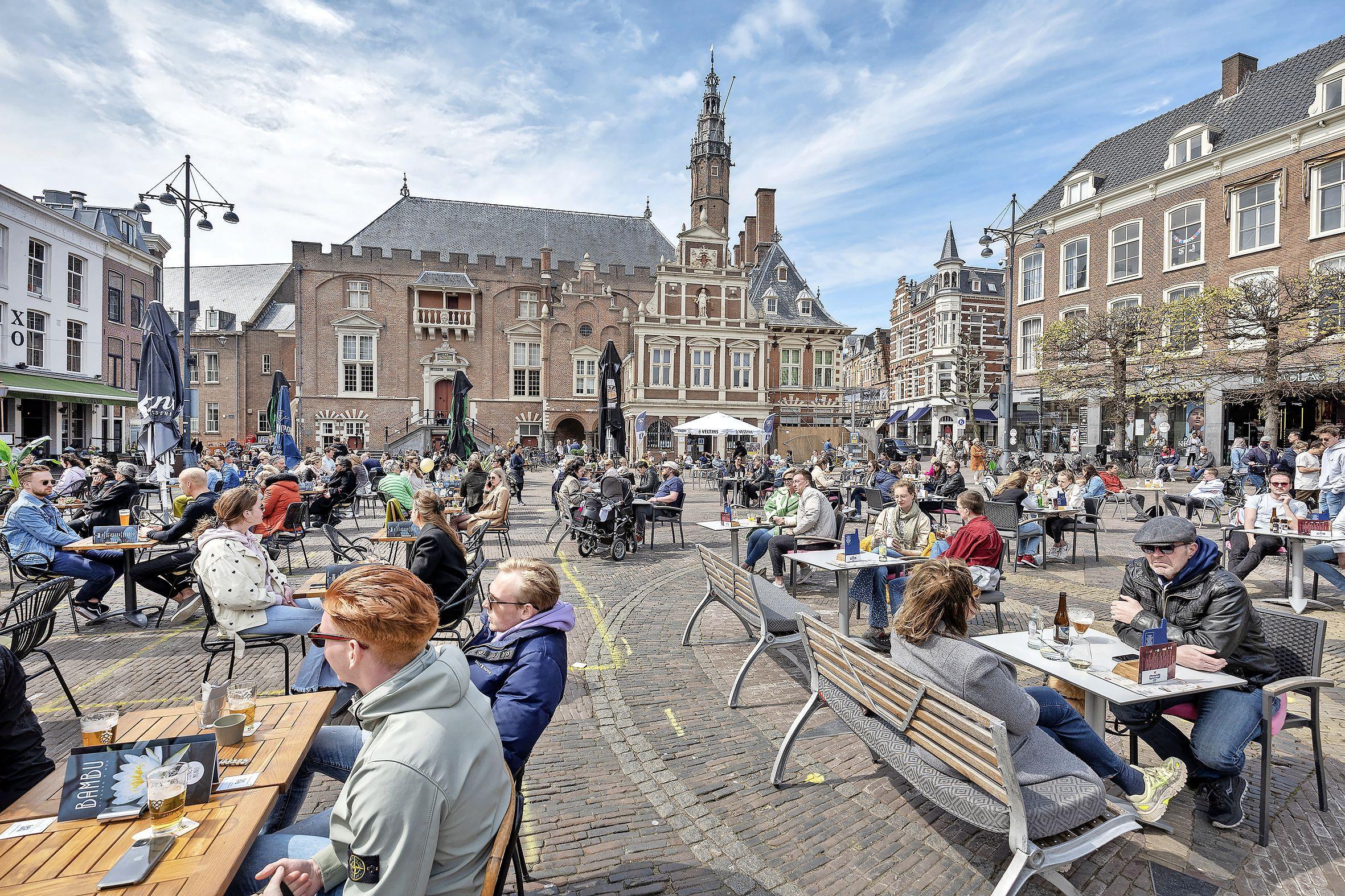 Haarlem versjacherde in 1799 haar stadhuis; de laatmiddeleeuwse gravenportretten waren toen al op zolder gegooid en vergeten   Uit de Tijd