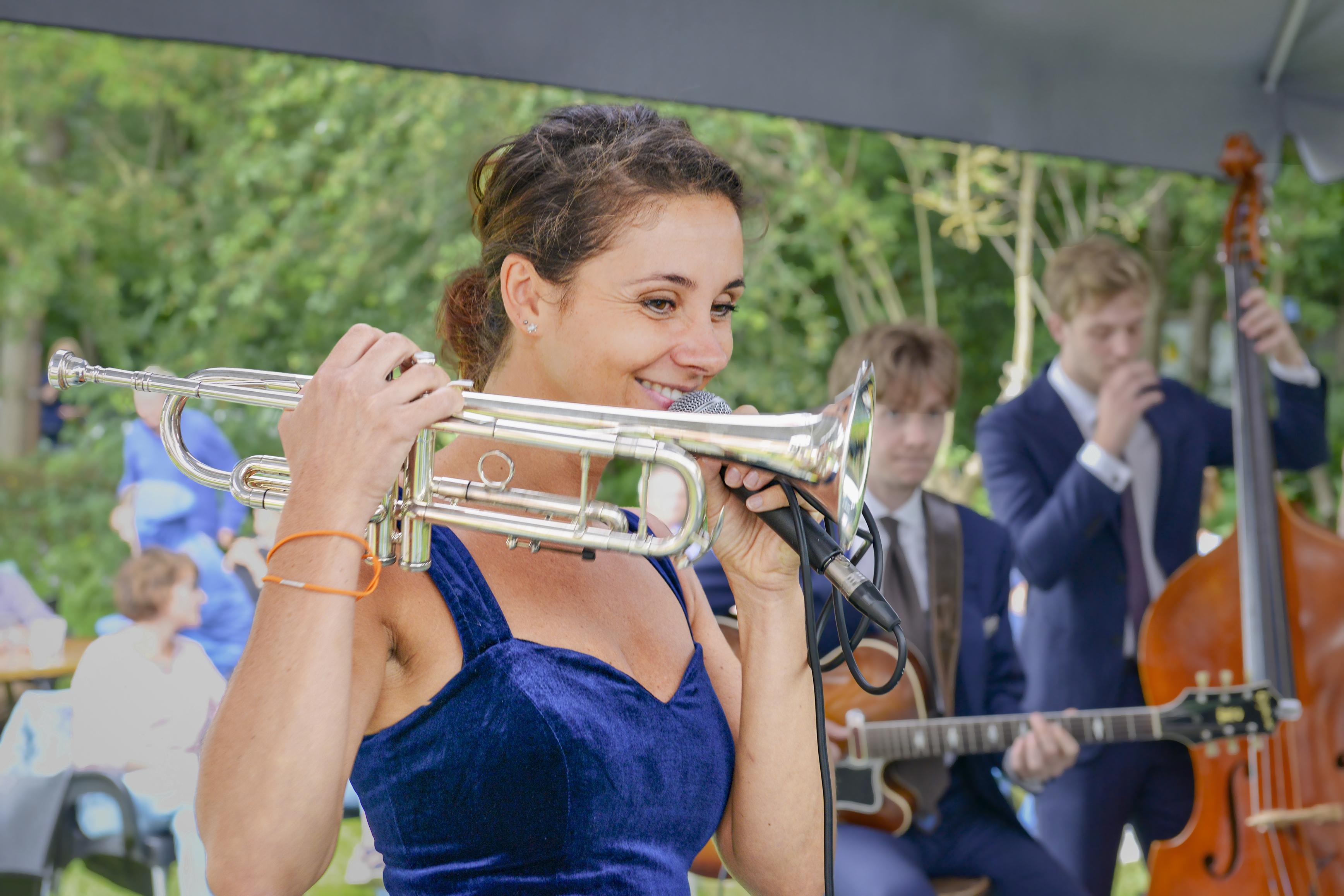 Muzikante Roxi zou van Texel naar Spanje verhuizen, maar ze kwam niet verder dan Almere-Poort. Tja, je komt ook niet elke dag een wereldgozer tegen
