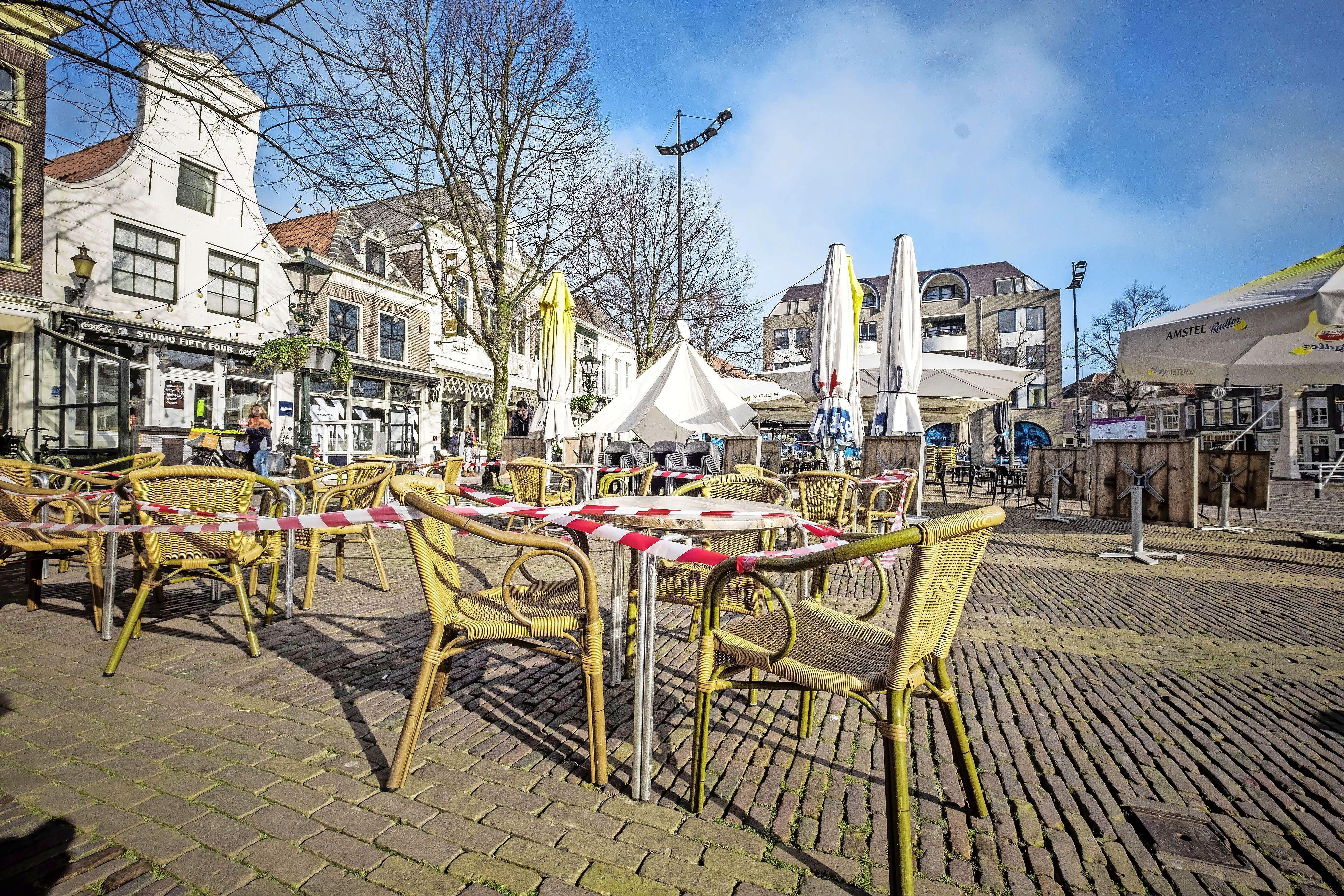 Horeca voert actie in Noord-Holland: etalagepoppen op het terras, rood-witte linten en picknickkleedjes