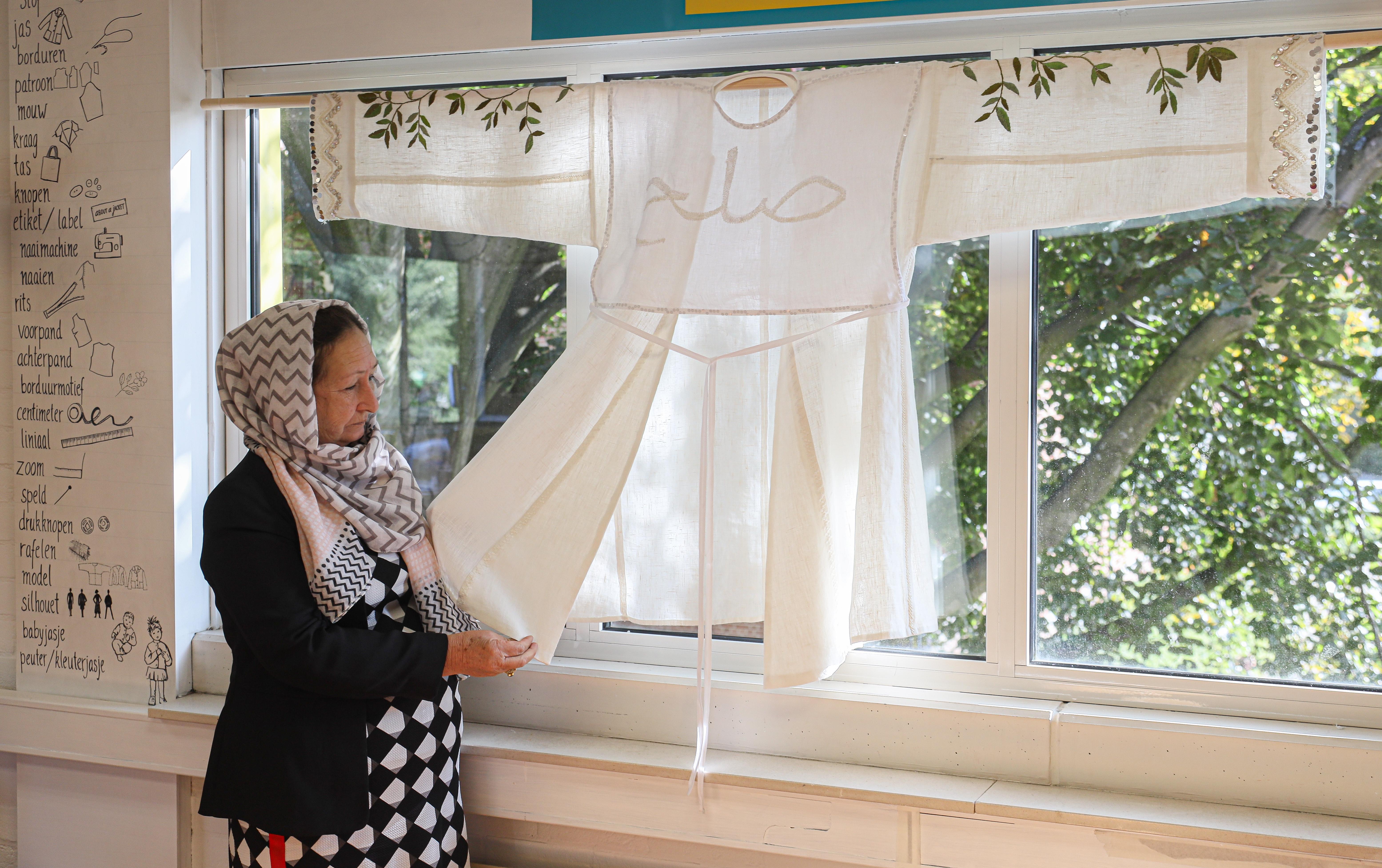 Dankbaar geven Nasima en haar dochter Zakya in Hoorn workshops Afghaans borduren, maar niet lang geleden kreeg Zakya nog zweepslagen omdat ze geen boerka maar een hoofddoek droeg