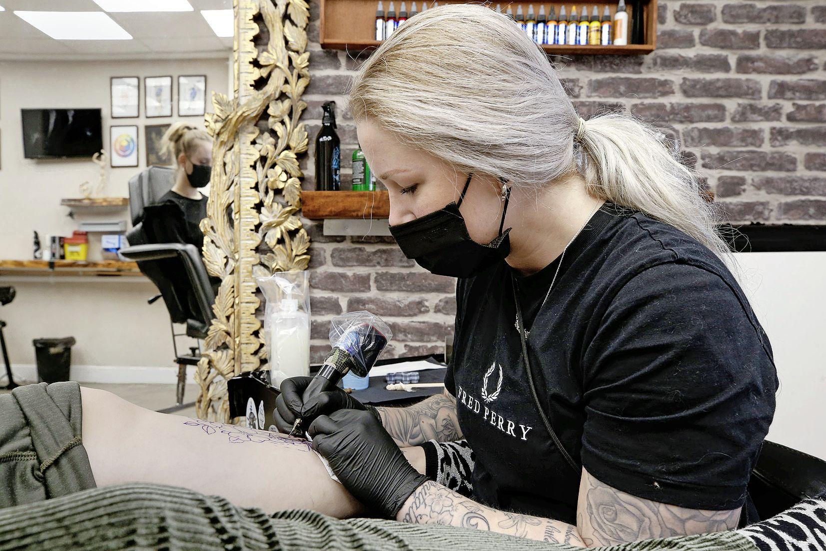 Er wordt weer geprikt. De agenda's van tatoeageshops in de Noordkop stromen vol. 'Het is toch raar dat wij nooit zijn genoemd tijdens de persconferenties?'