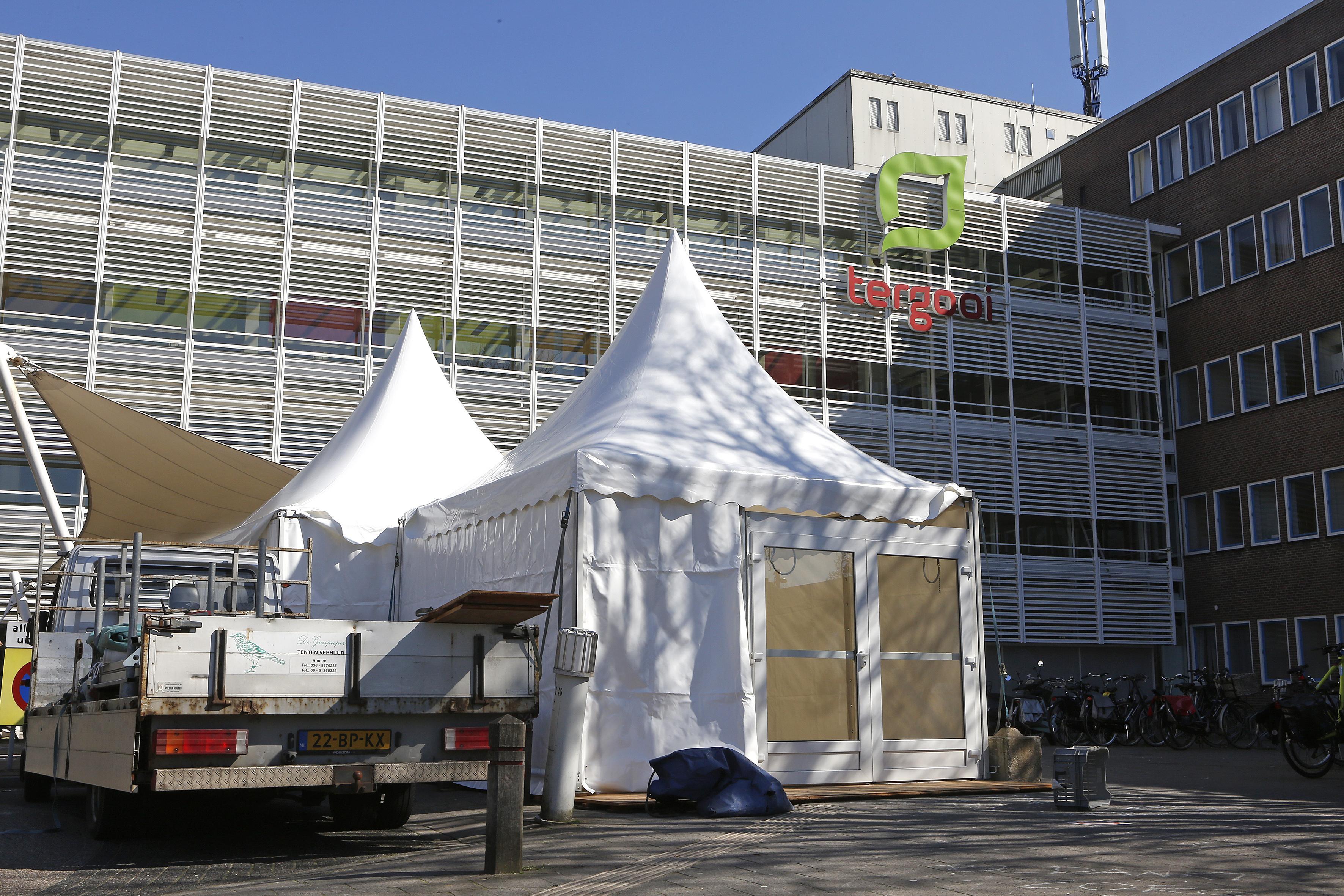 Aantal coronapatiënten in Tergooi neemt licht toe; tenten voor ingang om bezoekers te vragen naar ziekteverschijnselen