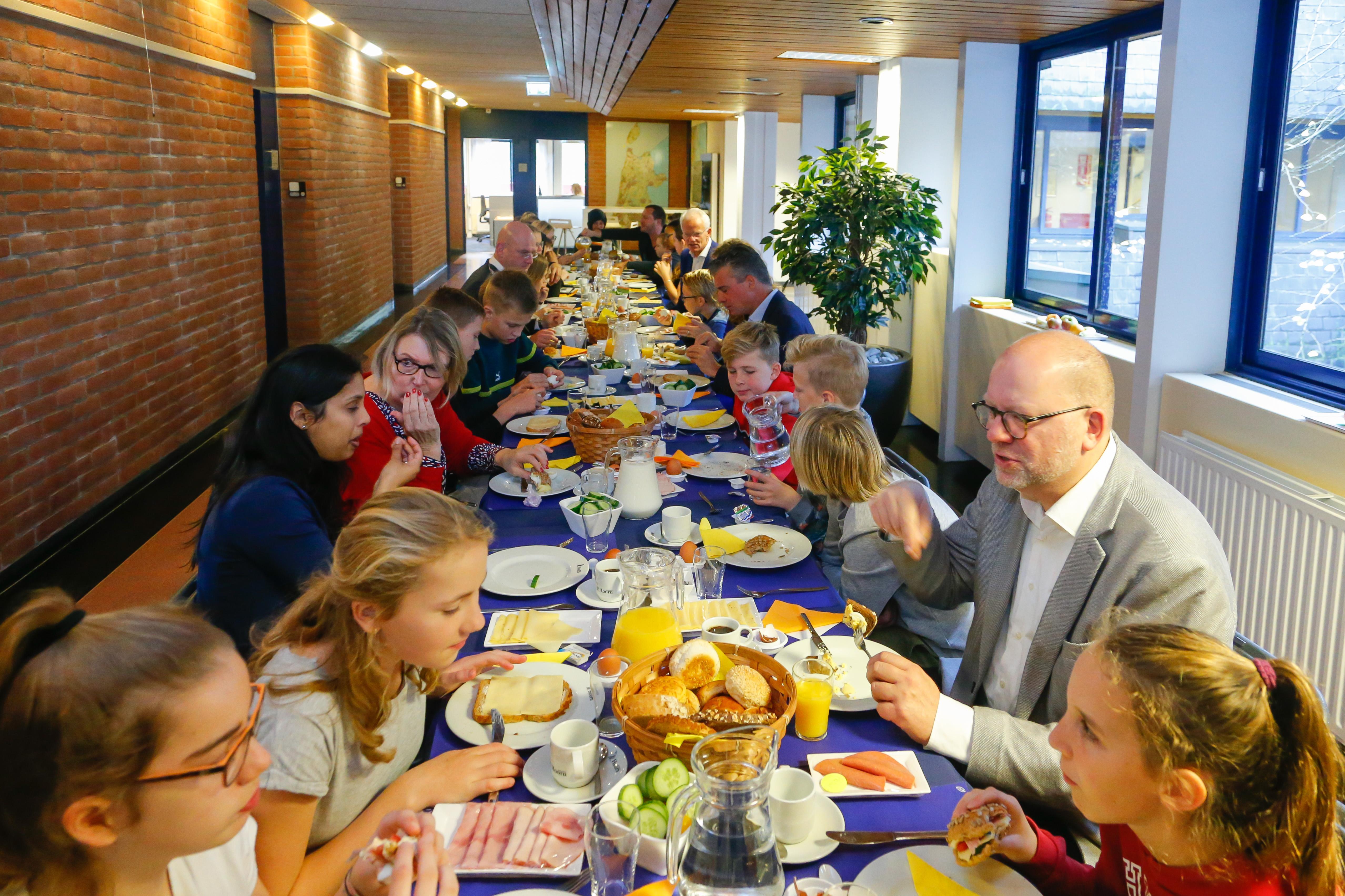 Brugpiepers aan eettafel met burgemeester en wethouders van Hoorn; 'Mijn ontbijt schiet er nog wel eens bij in'