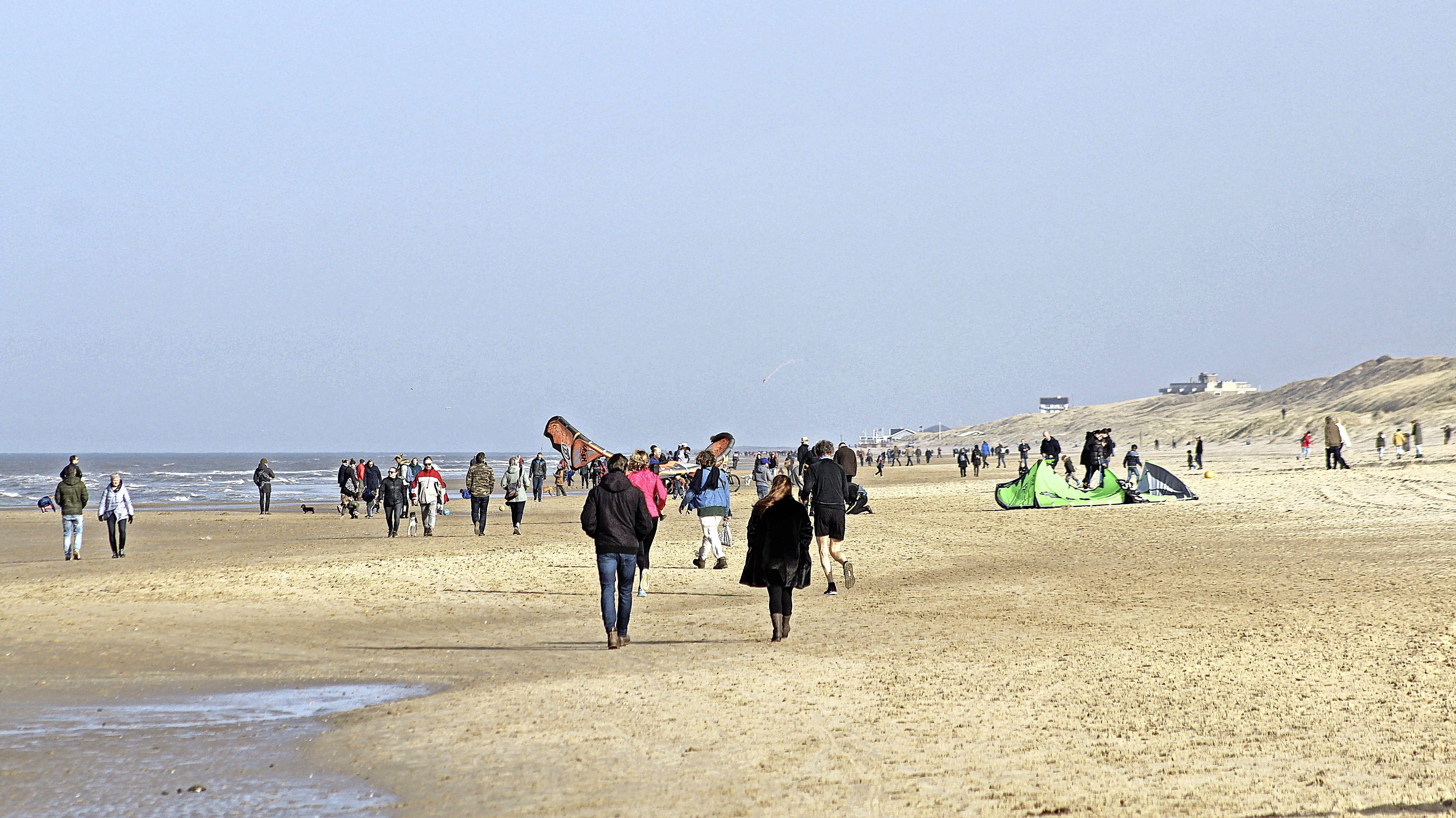 Lente! Eerste zachte dag dit jaar leidt tot drukte op wegen en op het strand