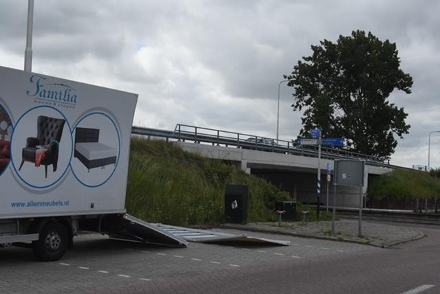 Bakwagen zwaar beschadigd na botsing tegen viaduct in Rijpwetering