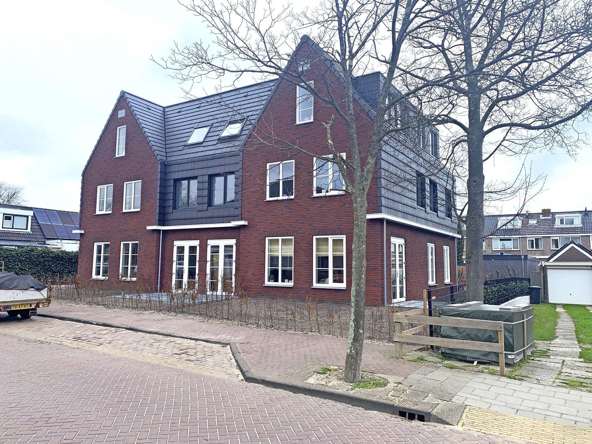Conflict op scherp: Gemeente Castricum sommeert ontwikkelaar acht huurappartementen te verkopen. Maar volgens hem zijn er helemaal geen afspraken over koop of huur. En ondertussen zijn er al zes verhuurd, twee volgen snel